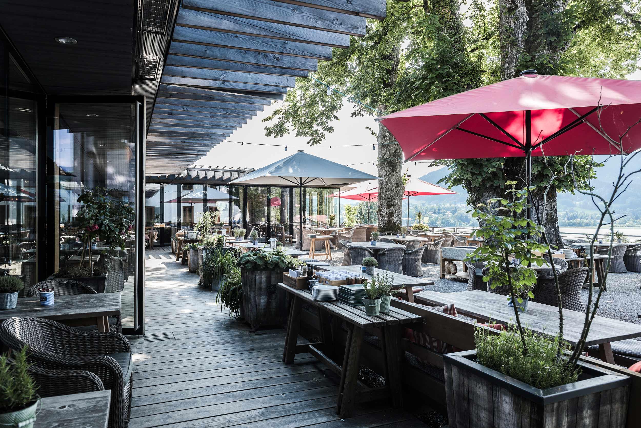 zimmerei-stoib-holzbau-holzhaus-gut-kaltenbrunn-tegernsee-festsaal-restaurant-fassade-sanierung-käfer-biergarten-terrasse-21.jpg