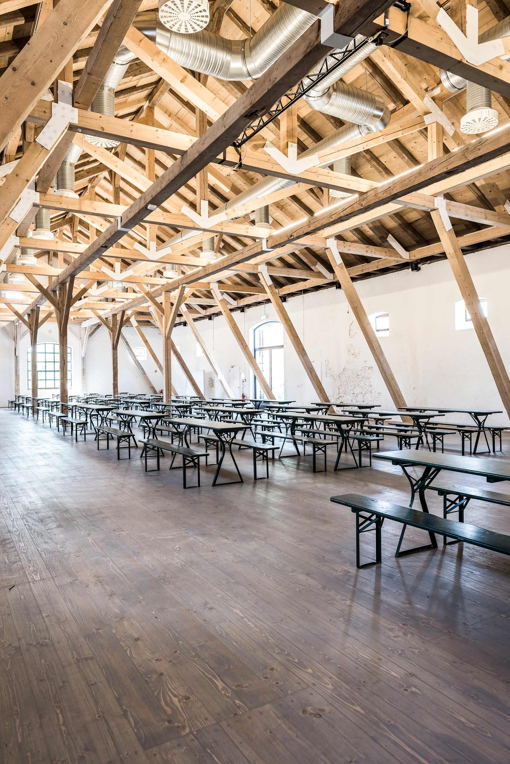 zimmerei-stoib-holzbau-holzhaus-gut-kaltenbrunn-tegernsee-festsaal-restaurant-sanierung-binderkonstruktion-käfer-rinderstall-05.jpg
