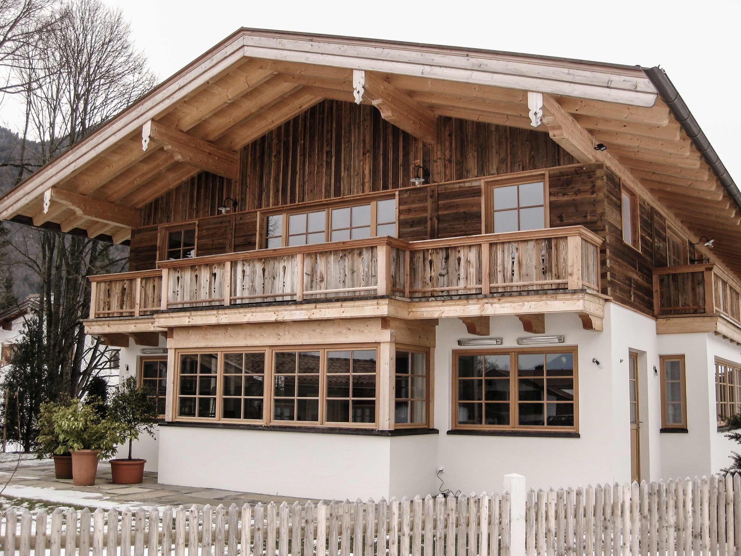 zimmerei-stoib-holzbau-holzhaus-traditionell-balkon-altholz-fassade-tegernsee-fenster-01.jpg