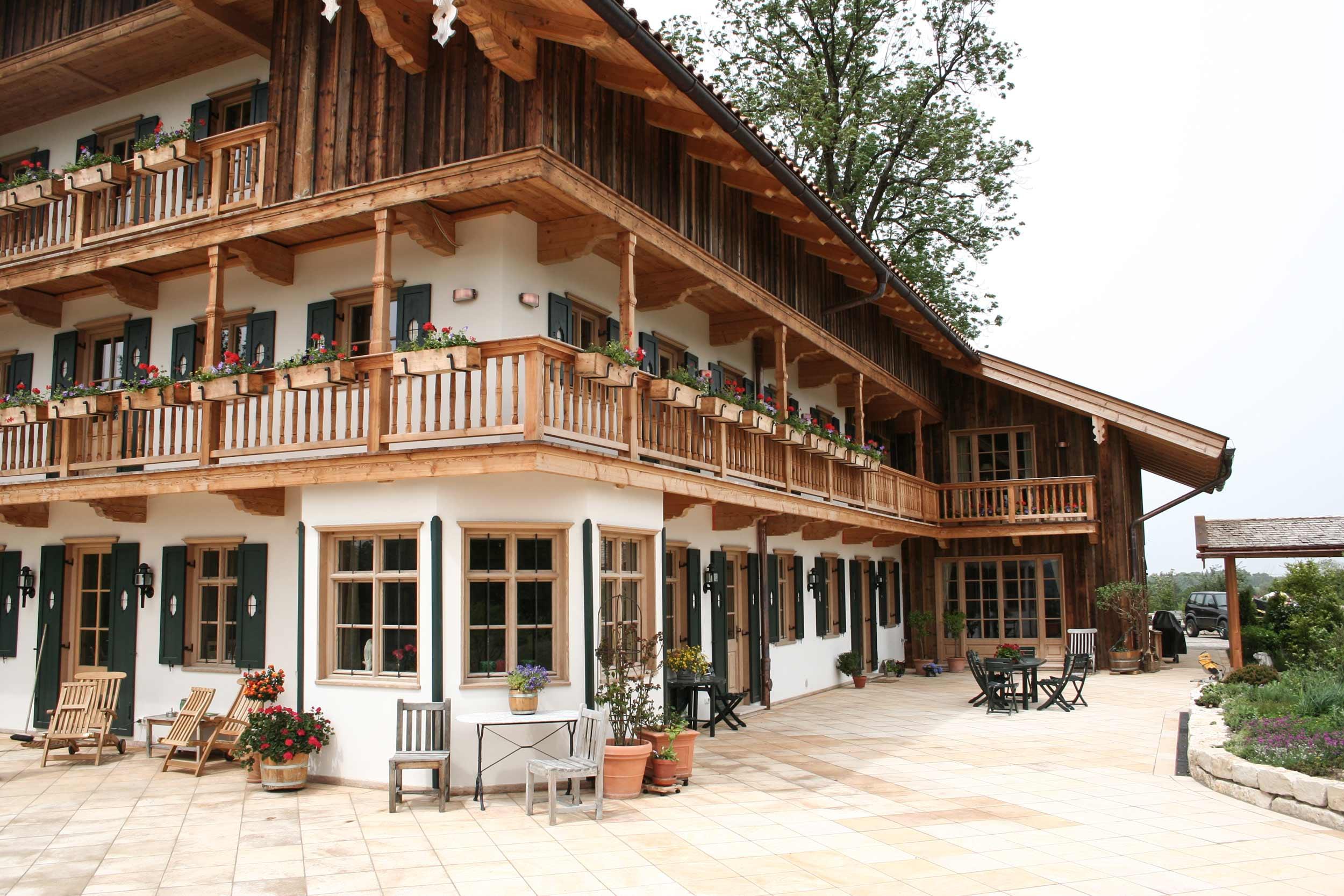 zimmerei-stoib-holzbau-holzhaus-bauernhof-umbau-sanierung-hof-balkon-fensterläden-schindeldach-01.jpg