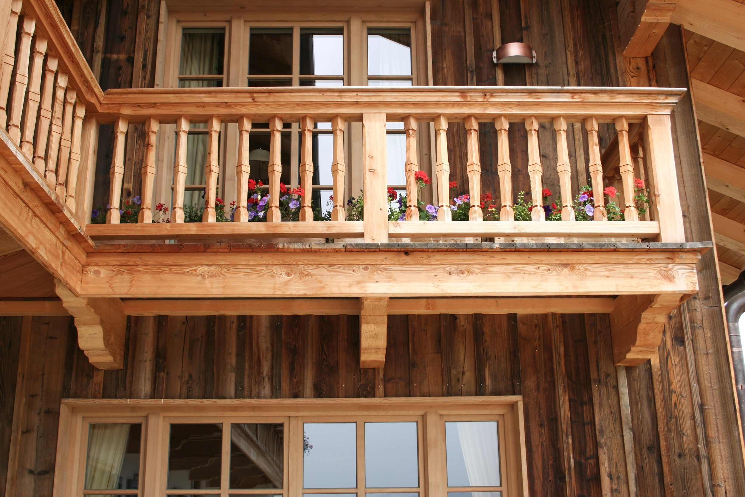 zimmerei-stoib-holzbau-holzhaus-bauernhof-umbau-sanierung-hof-balkon-fensterläden-schindeldach-04.jpg