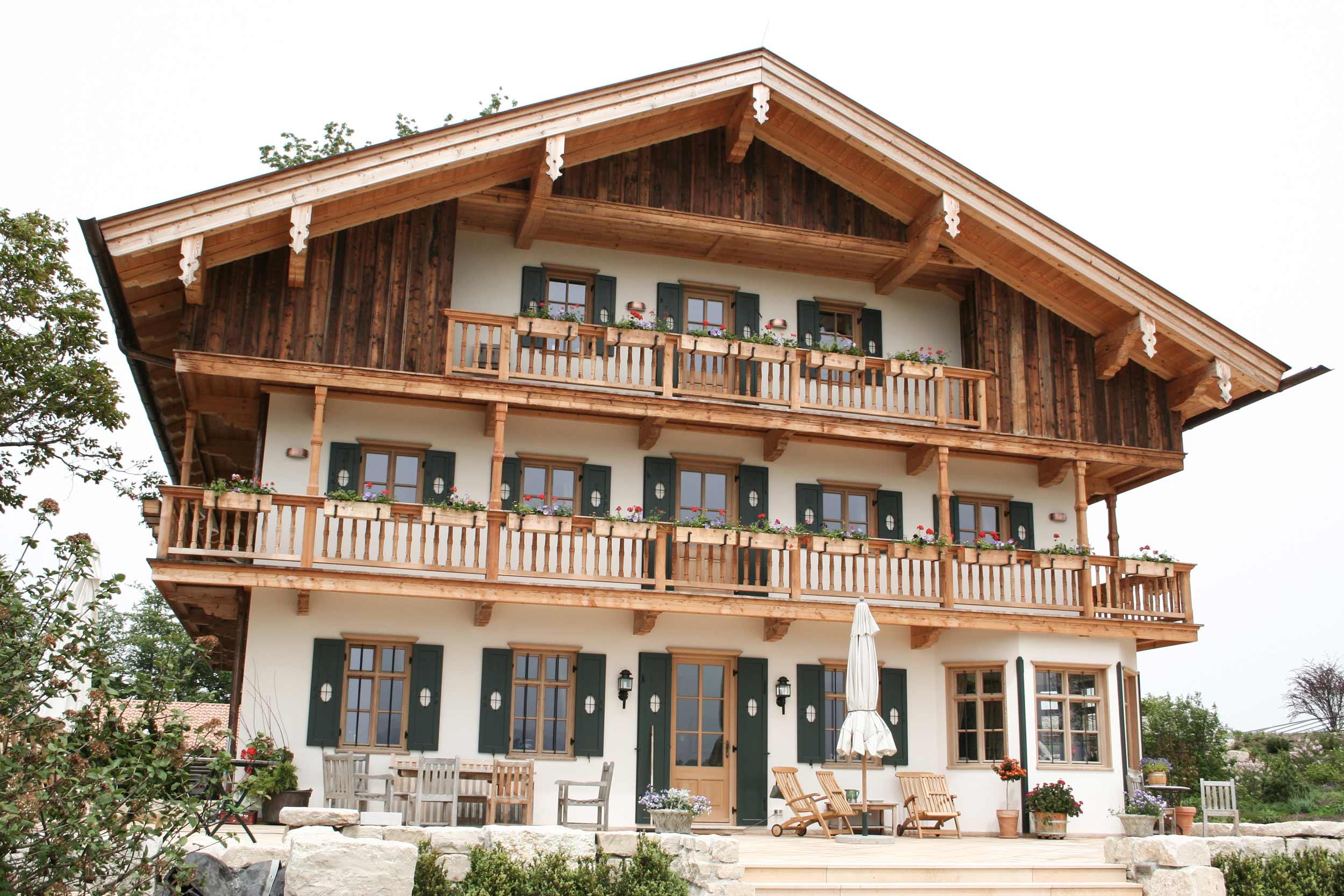 zimmerei-stoib-holzbau-holzhaus-bauernhof-umbau-sanierung-hof-balkon-fensterläden-schindeldach-05.jpg