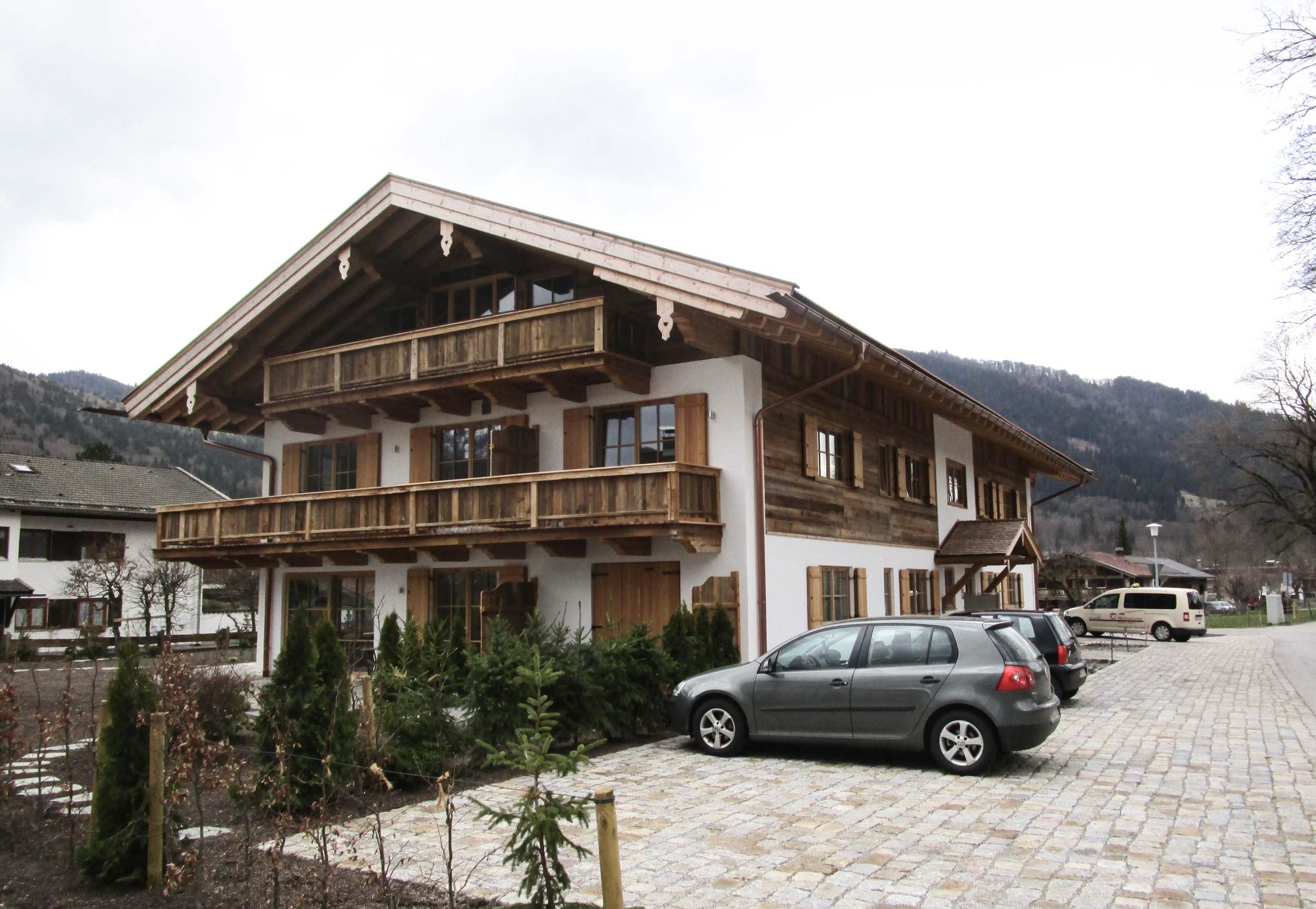 zimmerei-stoib-holzbau-holzhaus-altholz-fassade-blockschalung-merhfamilienhaus-balkon-01.jpg