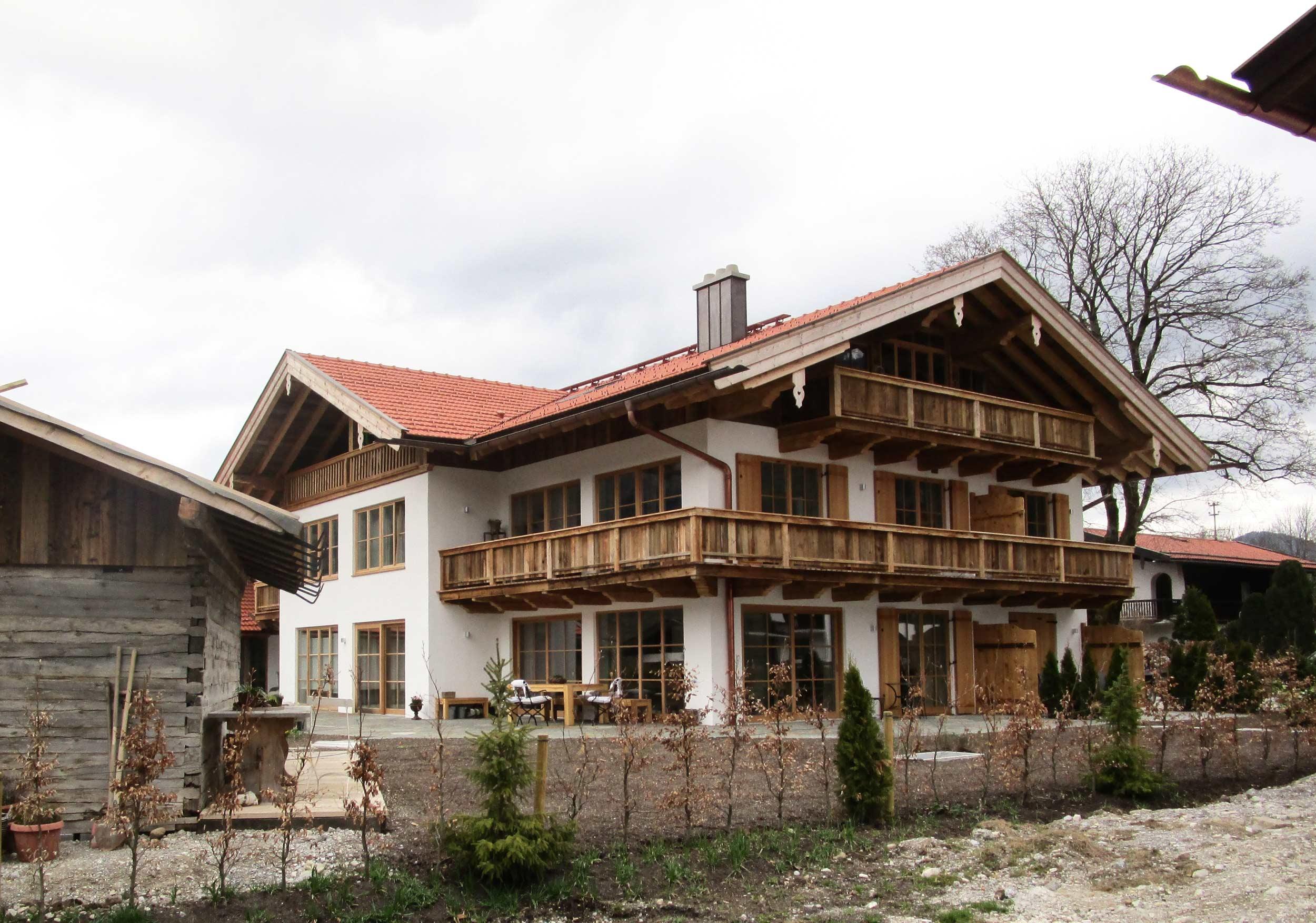 zimmerei-stoib-holzbau-holzhaus-altholz-fassade-blockschalung-merhfamilienhaus-balkon-02.jpg