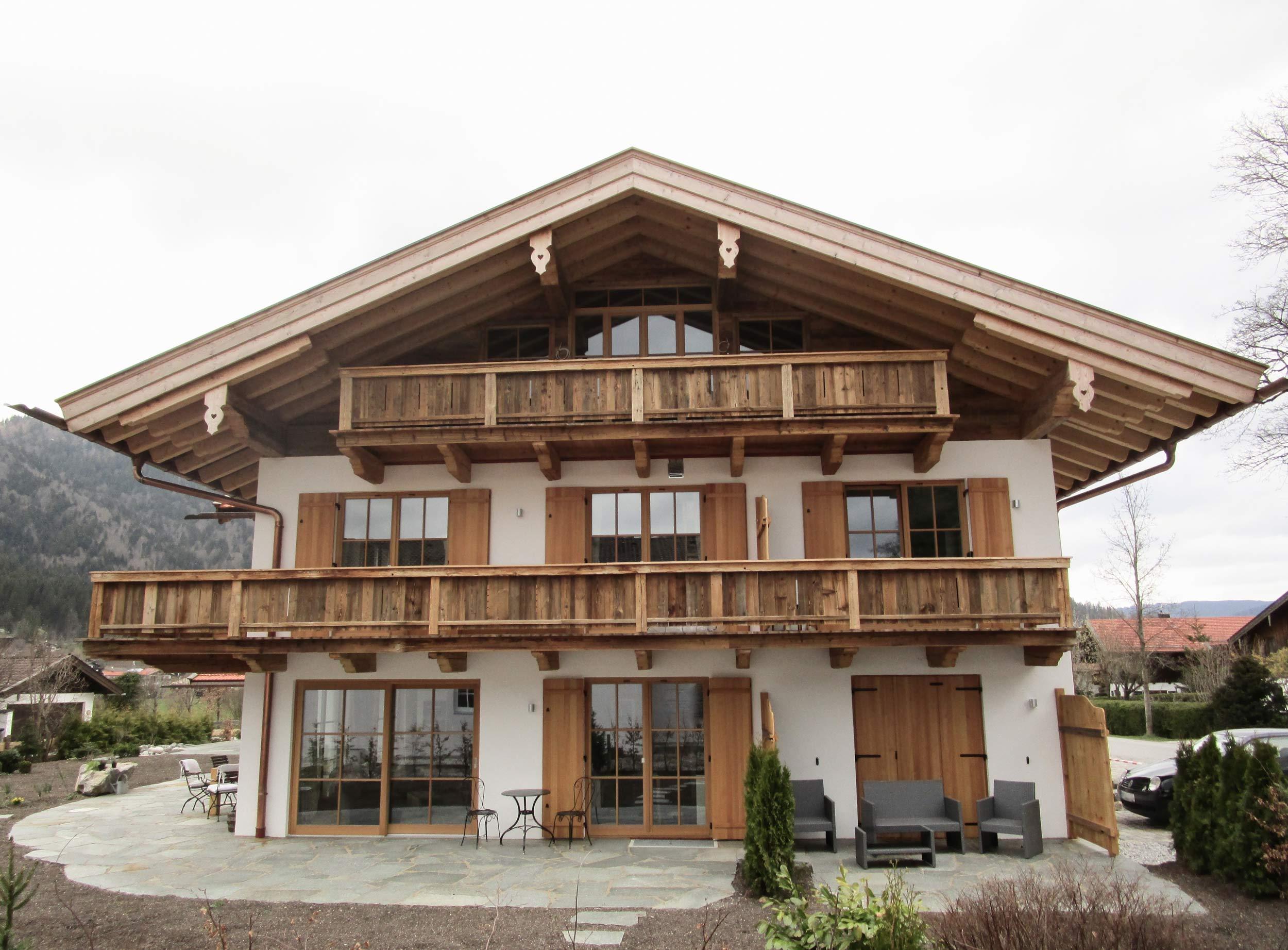 zimmerei-stoib-holzbau-holzhaus-altholz-fassade-blockschalung-merhfamilienhaus-balkon-03.jpg