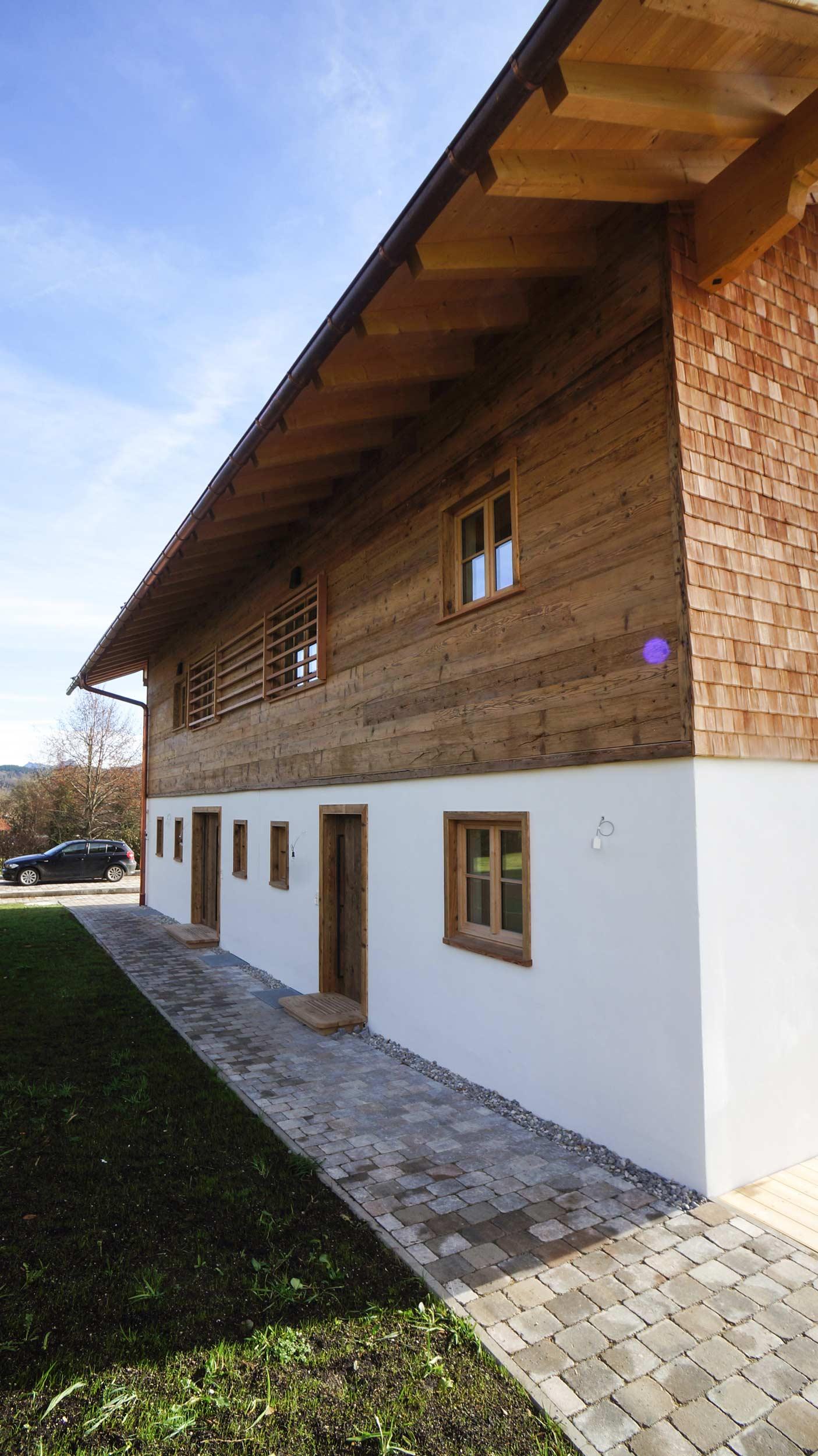 zimmerei-stoib-holzbau-holzhaus-altholz-fassade-blockschalung-balkon-terrassentür-außenschalung-miesbach-garten-13.jpg