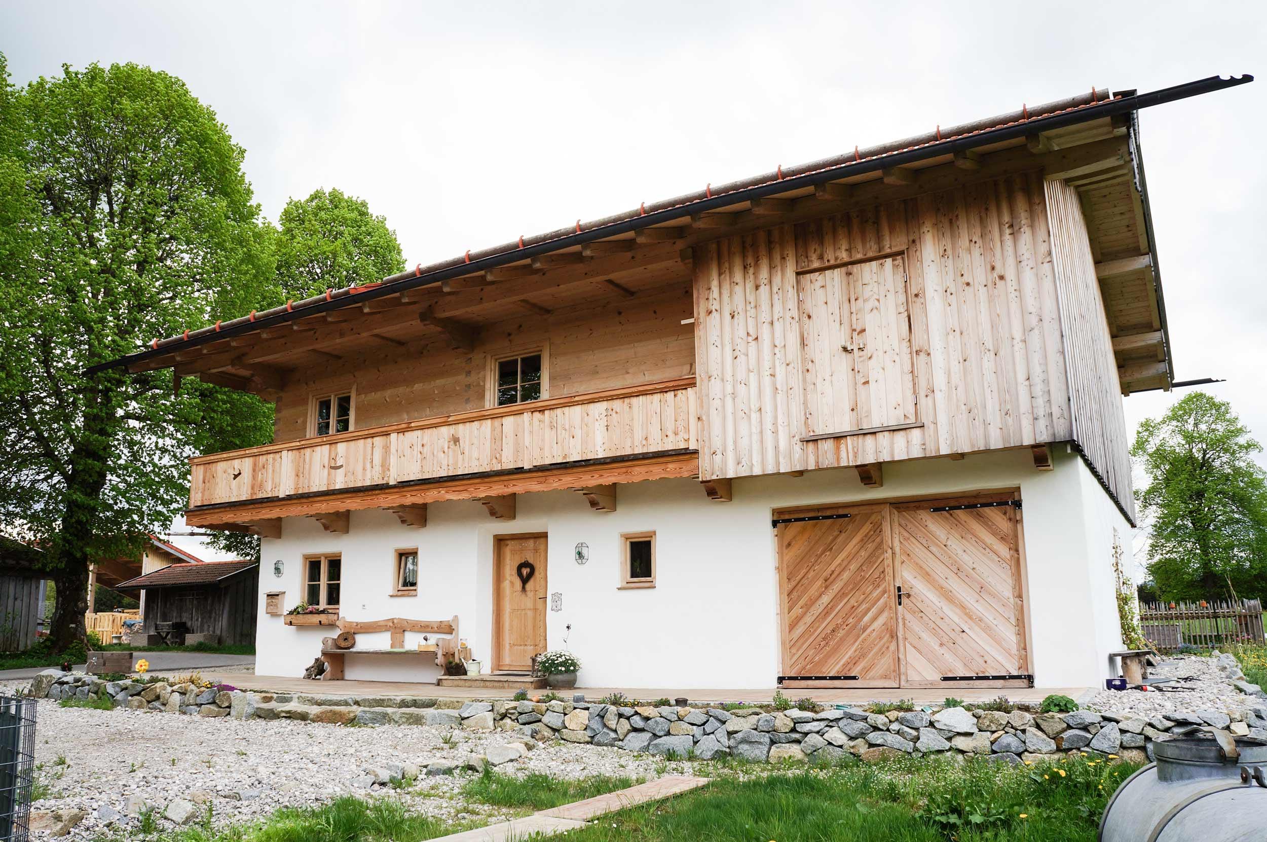 zimmerei-stoib-holzbau-holzhaus-blockhaus-blockbau-holz-traditionell-oberbayern-balkon-04.jpg