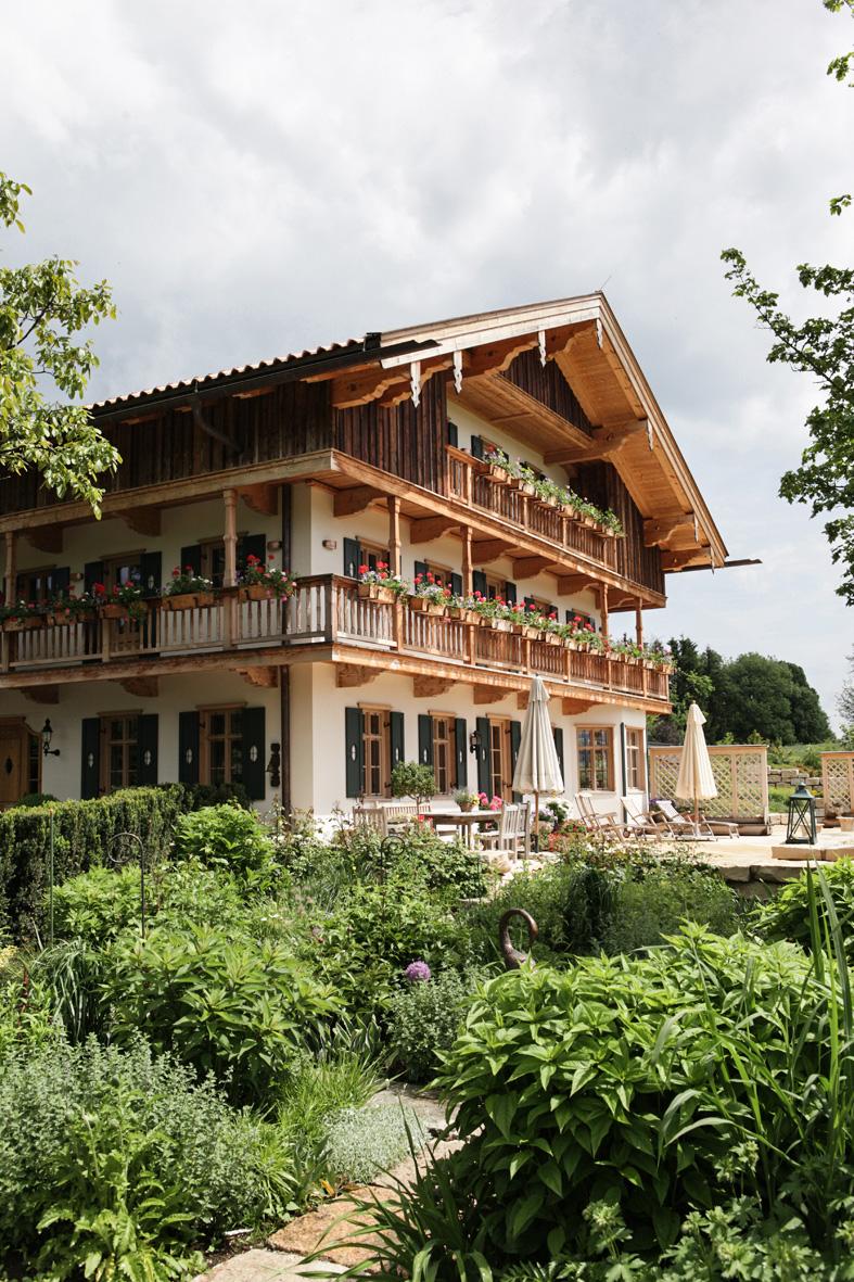 zimmerei-stoib-holzbau-holzhaus-bauernhof-umbau-sanierung-hof-balkon-fensterläden-schindeldach-07.jpg