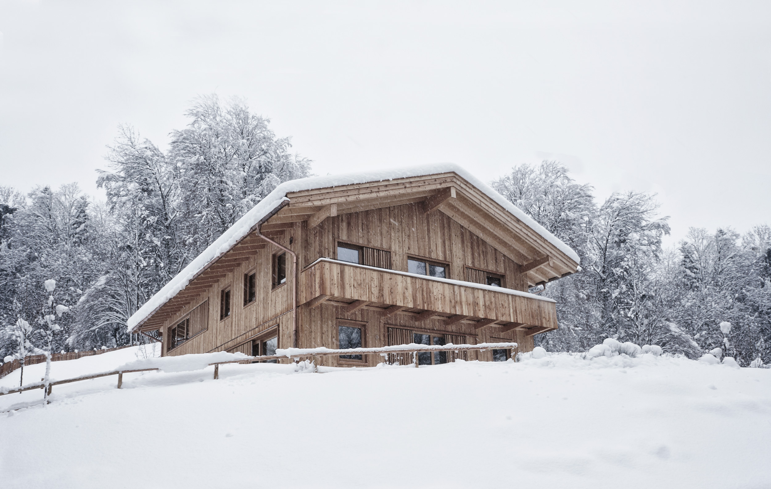 zimmerei-stoib-holzbau-schlüsselfertig-modern-fenster-schiebelaeden-holzarchitektur-lärchenfassade-glasfront-giebel-warngau-tegernsee-10.2k.jpg