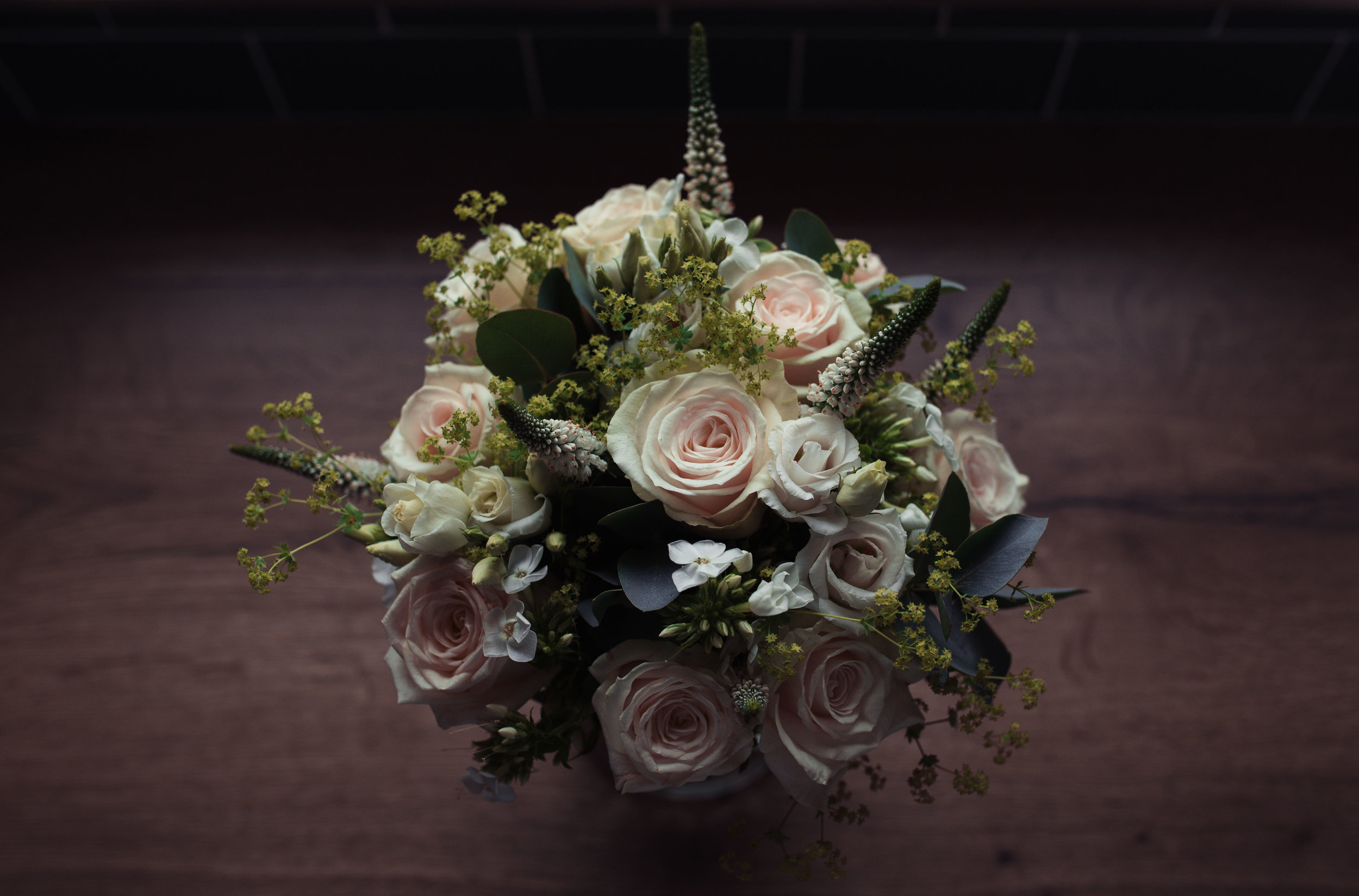 The brides cream-coloured bouquet of roses