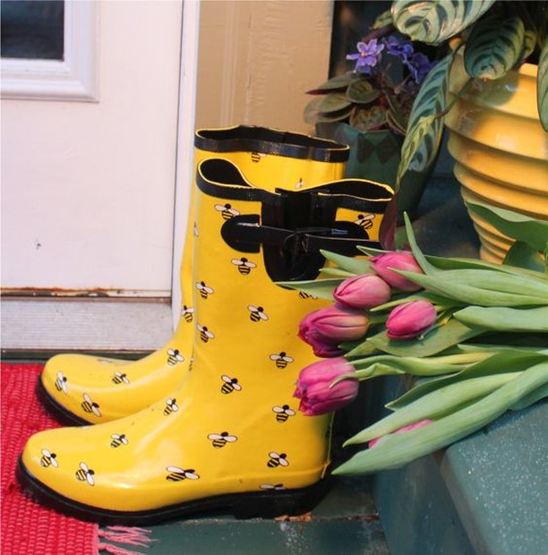 In search of some awesome rain boots like these! Anyone know where we can get our hands on some? 🐝☔️ #beekeepingintherain #bringonfall #thehoneydiaries