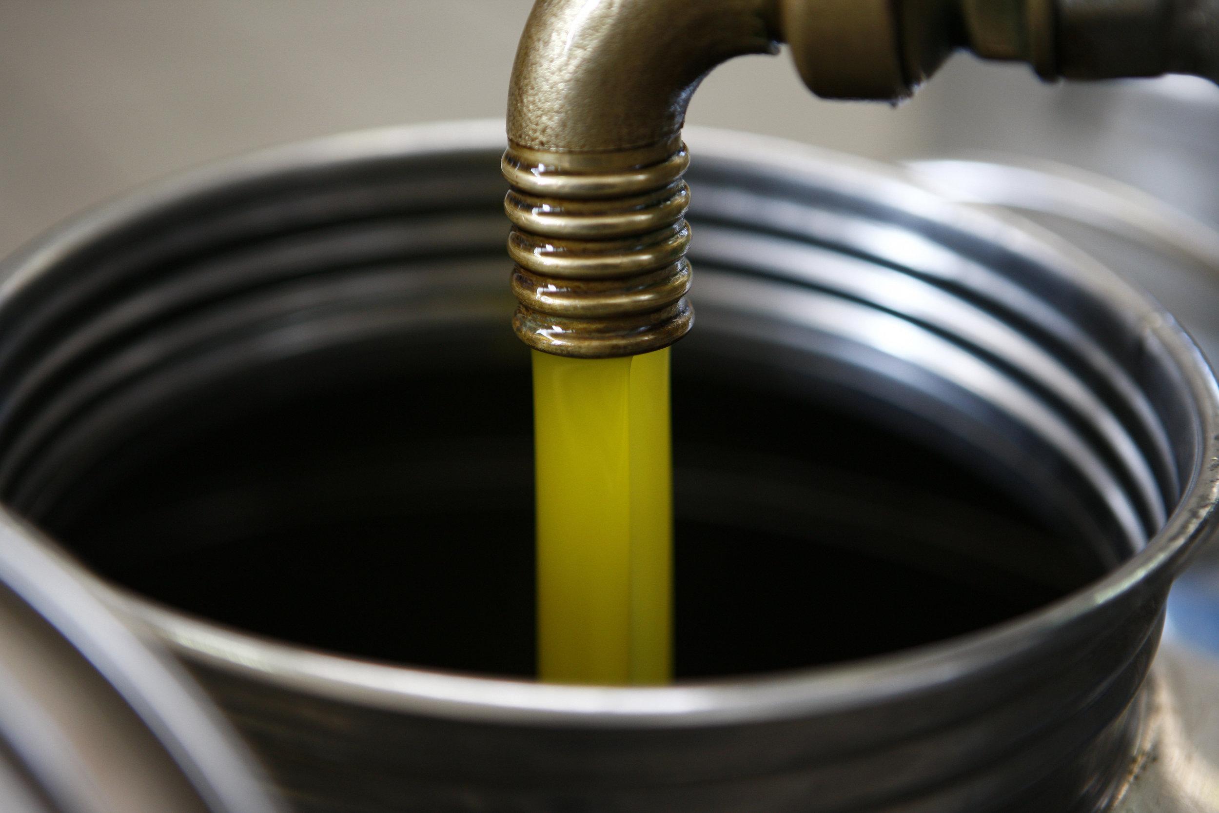 Du fruit à l'or jaune - Le jus obtenu par la décantation suit son chemin dans un réservoir cylindrique vertical, appelé centrifugeuse. Dans cette dernière étape, l'huile est séparée de l'eau et des éléments solides restants grâce à la force centrifuge.L'or jaune est enfin obtenu après ces différentes étapes, cette huile d'olive peut-être consommée.