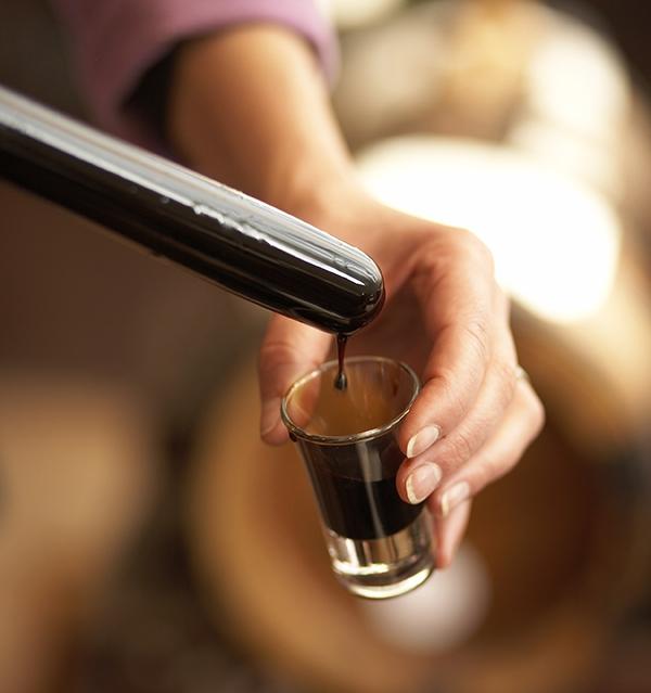 La Densité - Le vinaigre balsamique de Modène est un condiment unique au monde.Contrairement au vinaigre qui est issu d'un liquide alcoolique, le vinaigre balsamique est obtenu à partir d'un moût cuit de raisins blancs sucrés de la région de production.La densité du vinaigre balsamique varie en fonction de son vieillissement et de la quantité de moût de raisins. Elle peut varier de 1,01 à 1,35 pour les vinaigres balsamiques traditionnels.