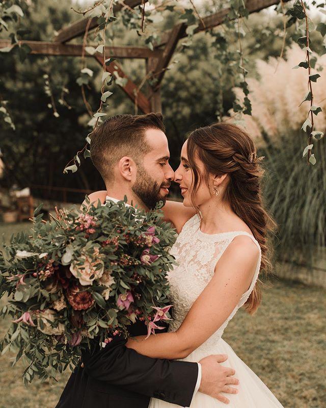 Llegando a la recta final de esta temporada y con (por fin) un poquito más de tiempo libre, he vuelto a conectarme. Y qué mejor manera que enseñándoos más detallitos de la boda de Jordi & Clara, llena de amor, naturaleza, emoción y flores 🌹 ¿Quién no querría una boda así? 💏 @claracollado_ 🏠 @caliborra 🌹 @alblancatelier 👗 @rosa_clara 🍢 @artenbuff  #boda #barcelona #bodasbarcelona #barcelonawedding #bodasgirona #bodastarragona #rosaclara #bridedress #caliborra #vestidodenovia #fotografiabodastarragona #spainphotographer #spainweddingphotographer #adventurouswedding #bodasenbarcelona #coupleshooting #bridetrends #novias #novias2020