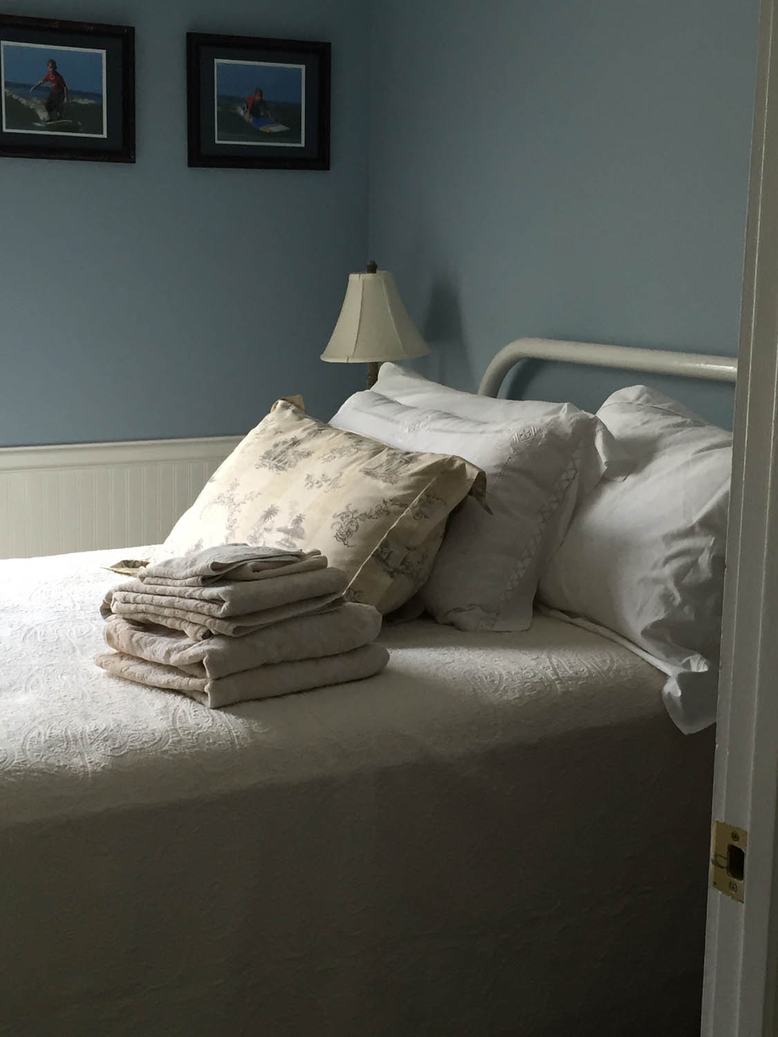 Guest bedroom in Curtice Cottage with white bedding