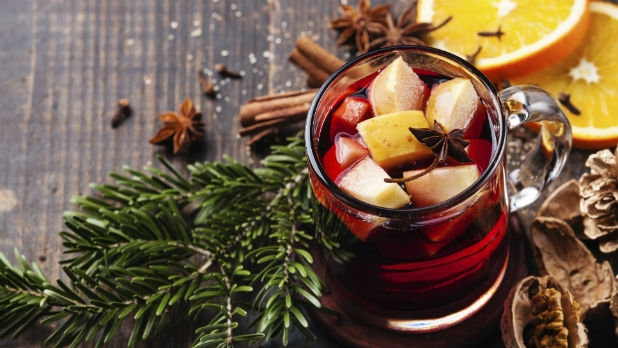 2-fruits-topping-mulled-wine-in-glass-with-pine-bough.jpg