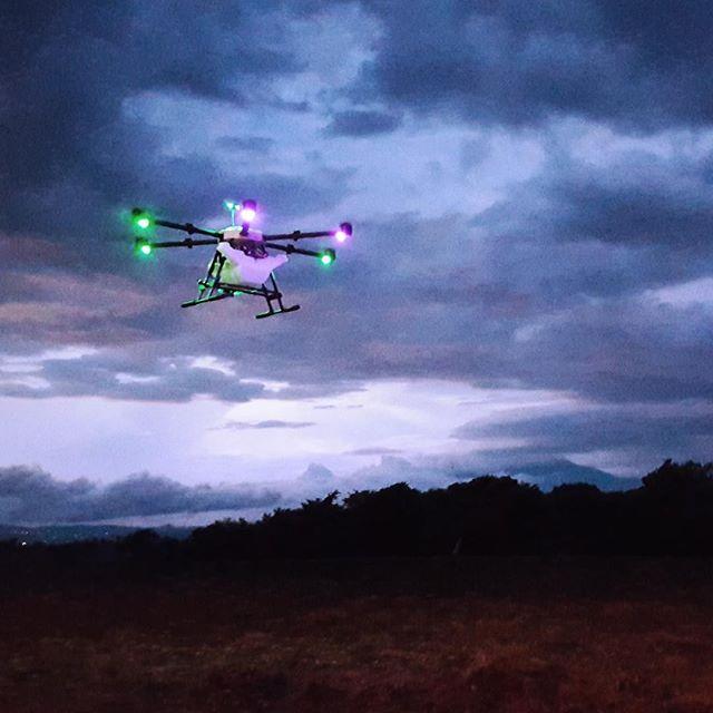 Night Light Flight 🌾 💦⠀⠀⠀⠀⠀⠀⠀⠀⠀ ⠀⠀⠀⠀⠀⠀⠀⠀⠀ #drones #dronestagram #agriculture #spraying #fertilizer #technology #science #drone #dronegear #dronelife #droneporn #crops #sugarcane #elsalvador #sustainability #ecofriendly #business #flight #innovation #autonomous #hylio