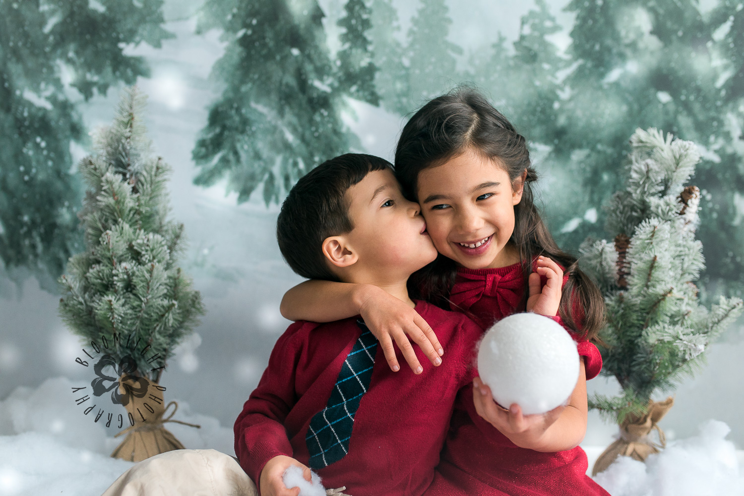 kisses and love of siblings in Christmas photo mini session in Toronto