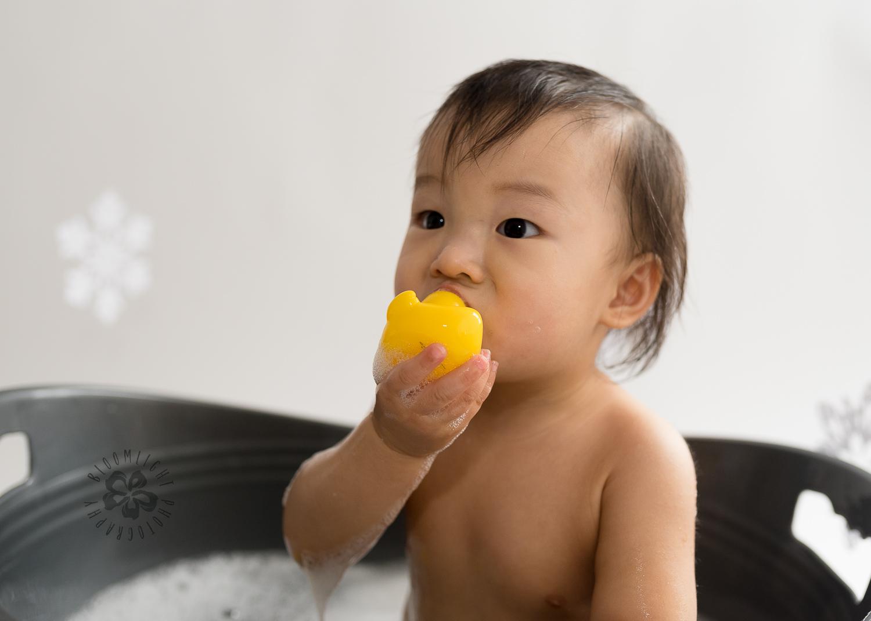 NorthYork-Toronto-baby-first-birthday-bubble-bath-splash-photography (5).jpg