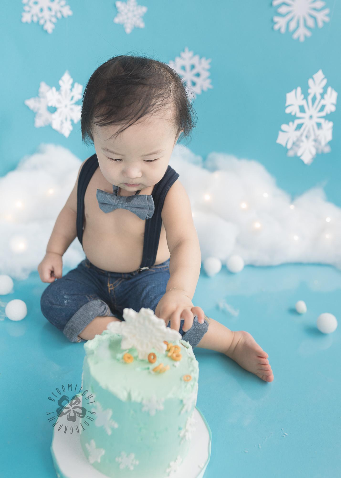 Toronto-North-York-baby-birthday-cake-smash-winter-snowflake-theme-photography (2).jpg