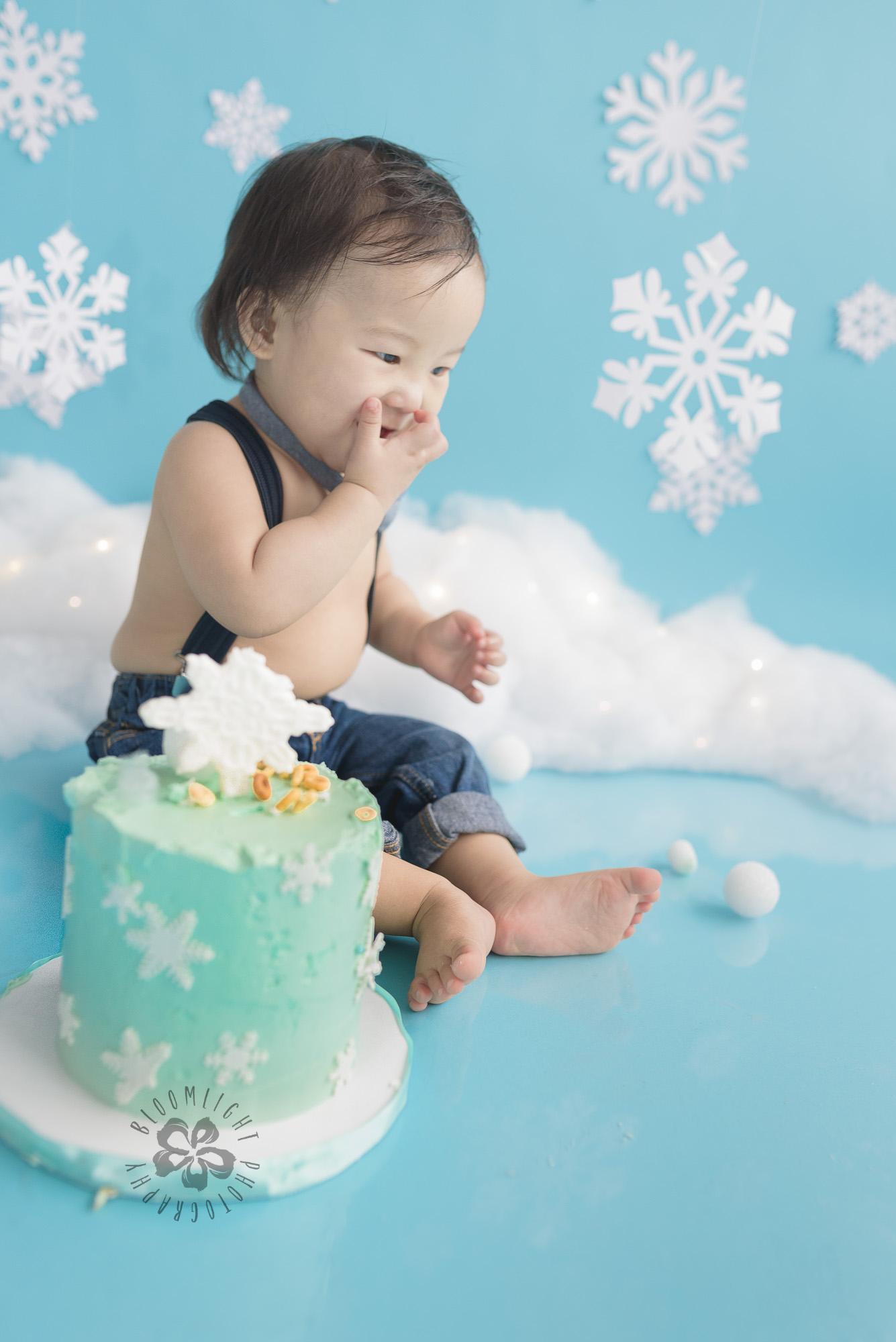 Toronto-North-York-baby-birthday-cake-smash-winter-snowflake-theme-photography (3).jpg
