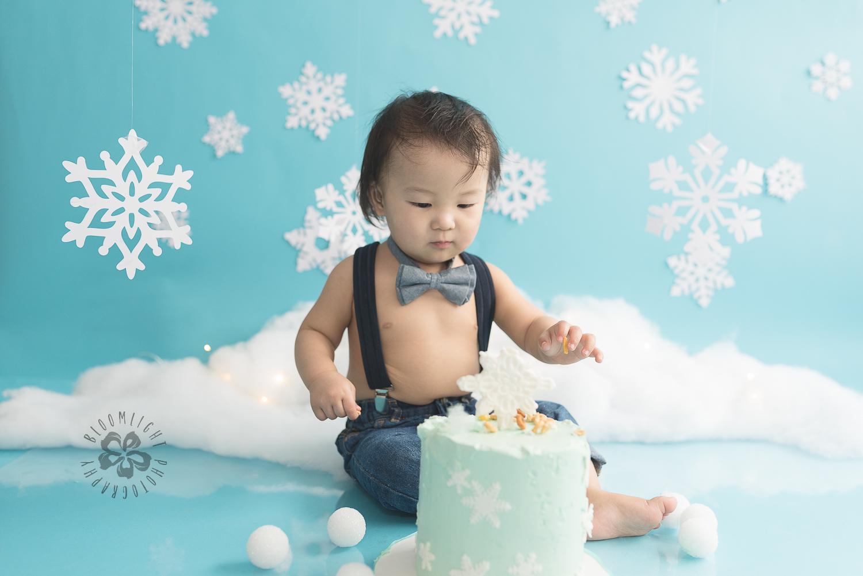 Toronto-North-York-baby-birthday-cake-smash-winter-snowflake-theme-photography (9).jpg