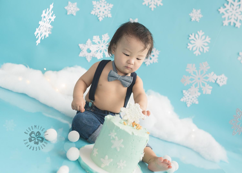 Toronto-North-York-baby-birthday-cake-smash-winter-snowflake-theme-photography (11).jpg