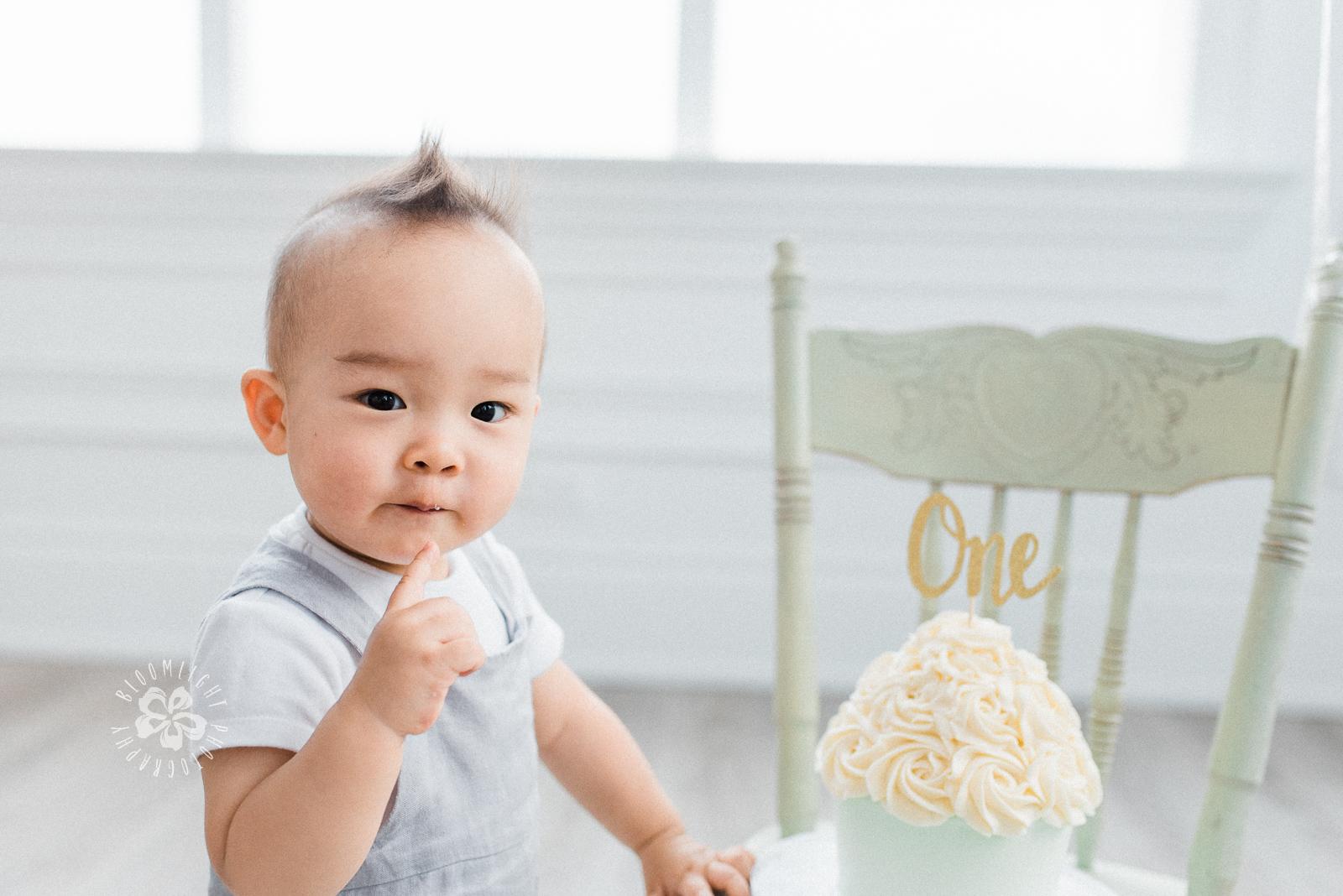 baby-first-birthday-cake-smash-studio-Toronto-Photographer.jpg