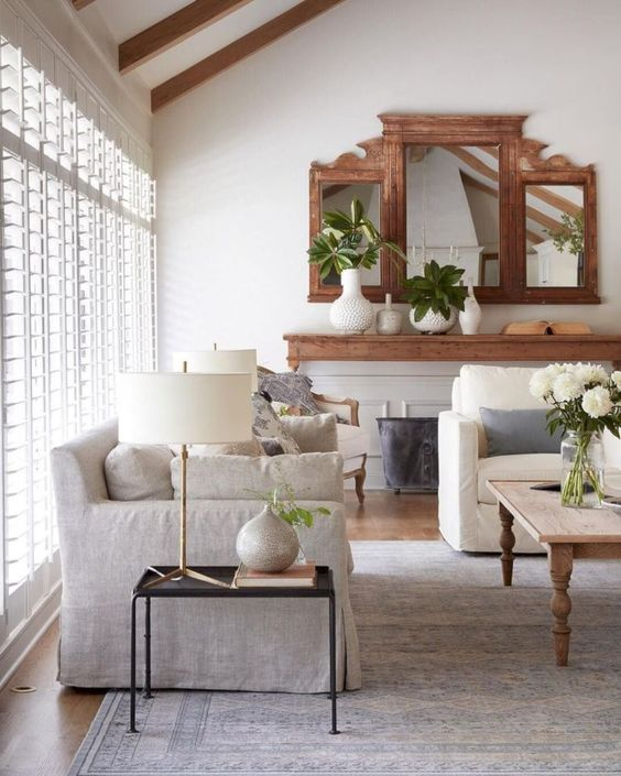 MIXING IN DIFFERENT MATERIALS SUCH AS A VINTAGE MIRROR, WOOD, M ETAL FURNITURE & PORCELAIN ACCESSORIES HELPS WARM UP THE SPACE AND MAKE IT FEEL LIVED IN.