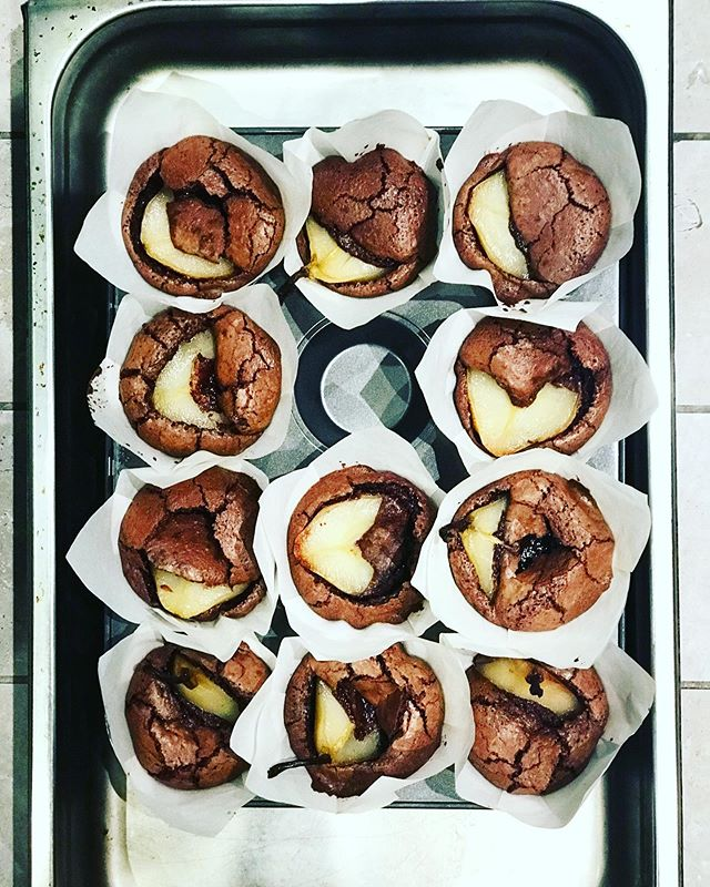 Just out of the oven, flourless chocolate and almond muffins with poached pears 🍐 in saffron syrup.  #flourlesschocolatecake #pears #poachedpears #cakedisplay #keposstreetkitchen #sydney #muffin