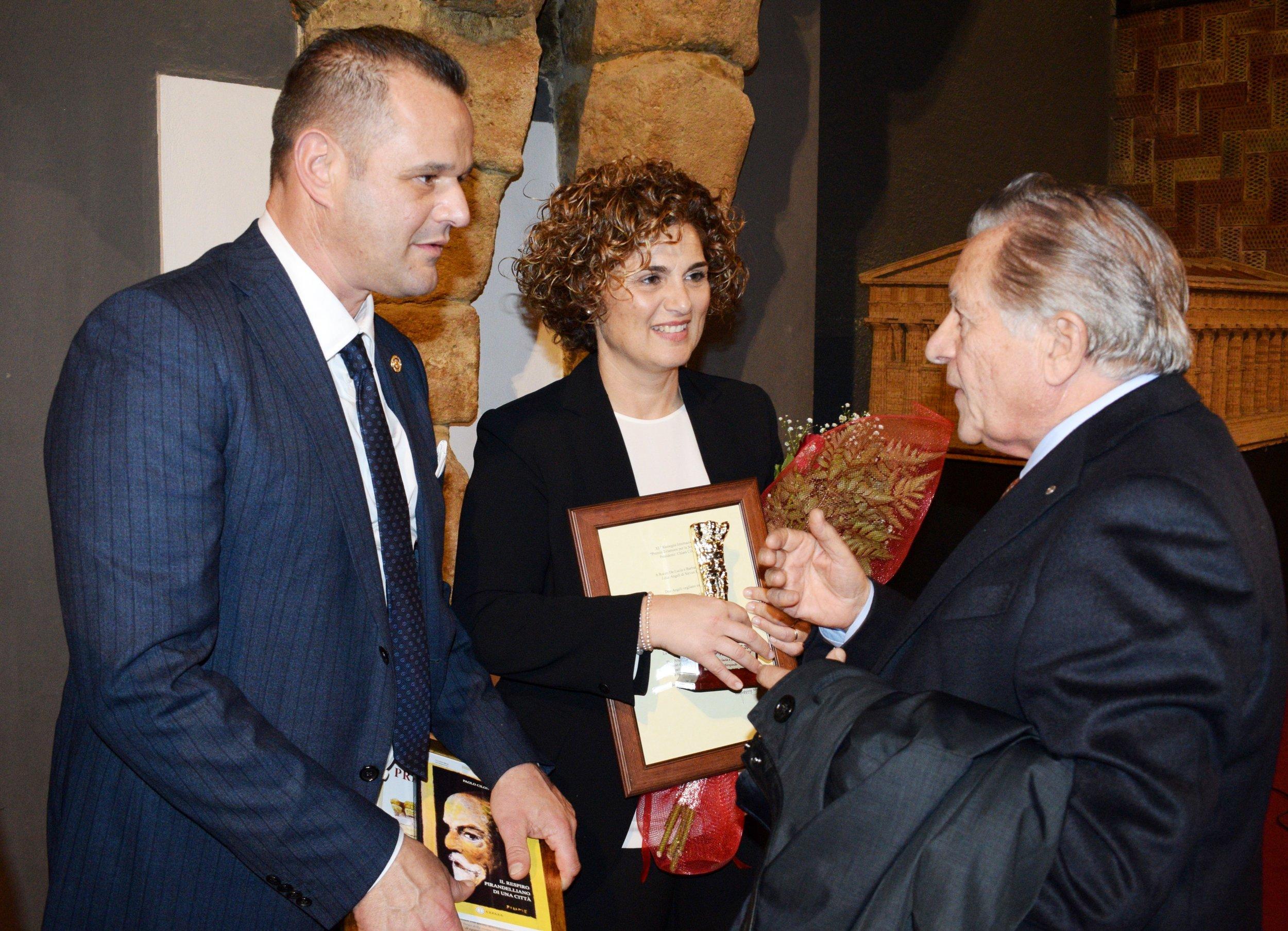 Rocco De Lucia e Barbara Burioli con il Dott. Giuseppe Messina, Presidente di Joeplast Srl, insignito del Premio Telamone nel 2006.