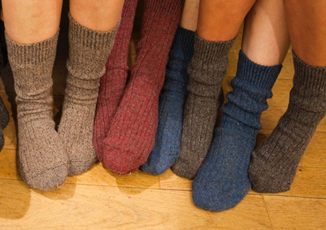 Chaussettes orphelines - Depuis 2008, l'Association Chaussettes Orphelines a comme objectif le recyclage textile, l'insertion sociale et l'apprentissage de techniques d'artisanat liés à la mode.Les produits proposés sont entièrement fabriqués avec un fil recyclé à partir de chaussettes orphelines. Outre le textile, ce fil se compose d'amour, de patience, de douceur, de solidarité ... Un matériau unique qui vous fera rêver !Voir le site