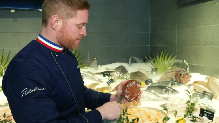 Jonathan Buirette - Meilleur Ouvrier de France (poissonnier écailler) à Paris, Jonathan est l'un des grands spécialistes français du poisson et des crustacés. Il apprécie particulièrement la Saint-Jacques.