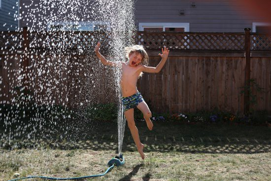 enfant jet d'eau.jpg