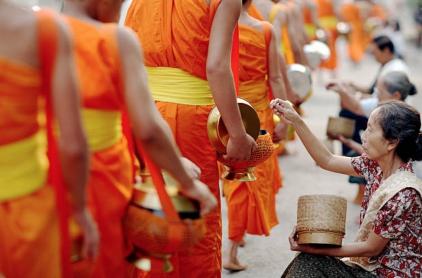 giving-of-alms-tak-bat-monks-luang-prabang