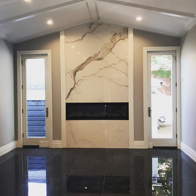 New extension for family room with fire place, stucco and stone exterior . #molding #floortiles #walltiles #ceilingdesign #fireplace #brooklynconstruction #stucco #pellawindowsanddoors #jbuildersny #extensions #modern @jbuildersny and designed by @elbatdesign