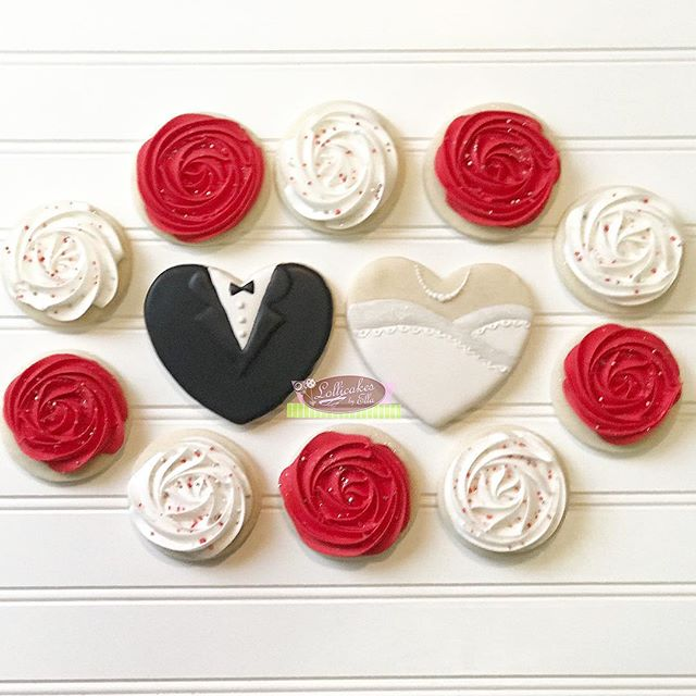 Wedding Sugar Cookies and you cannot go wrong with this simple design and  great color combo. #sugarcookies #weddingcookies #sugarcookiesofinstagram #royalicingcookies #lollicakesbyella