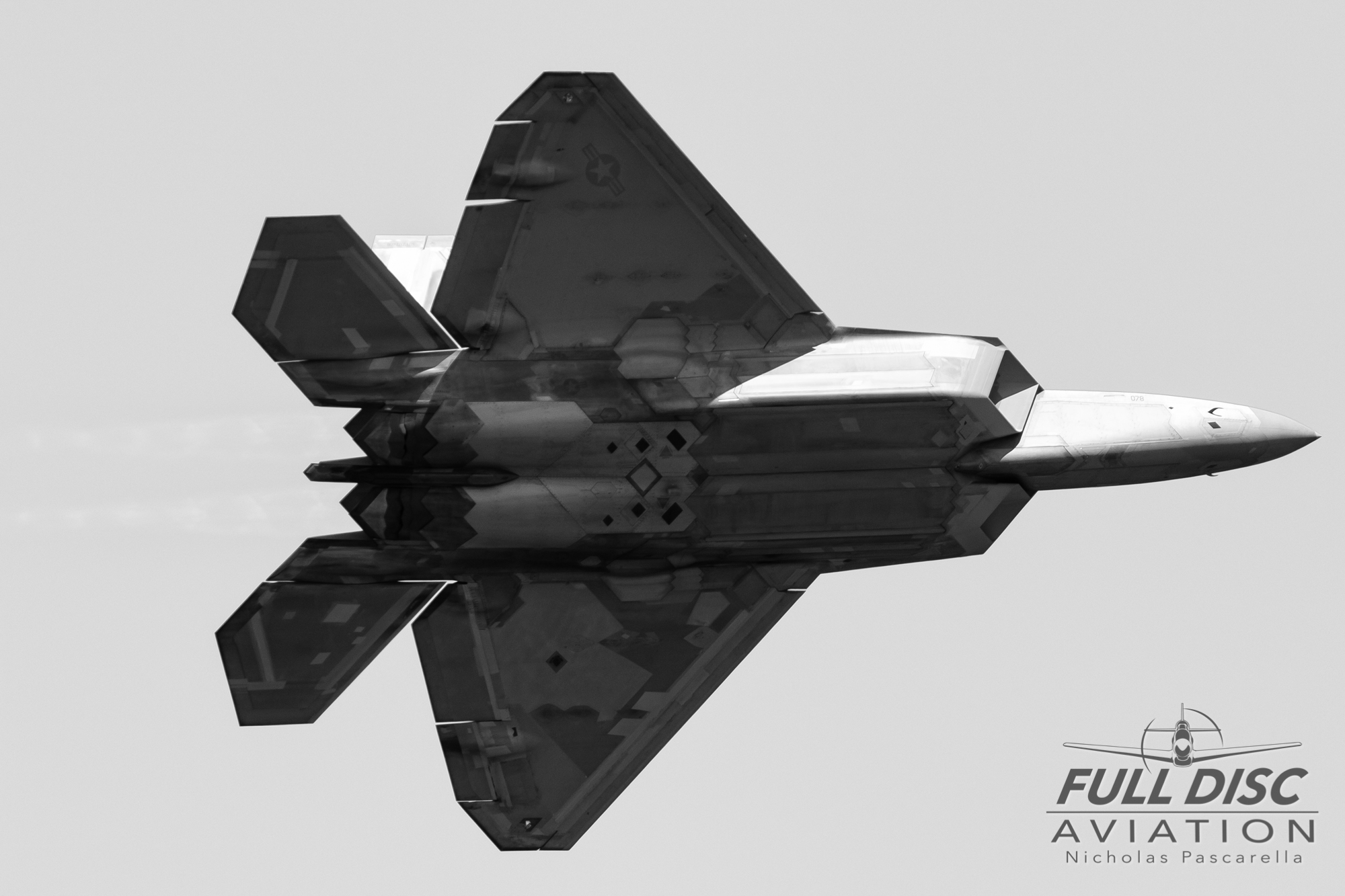 f22_bluechannel_blackandwhite_f22raptordemoteam_nickpascarella_fulldiscaviation_r.jpg