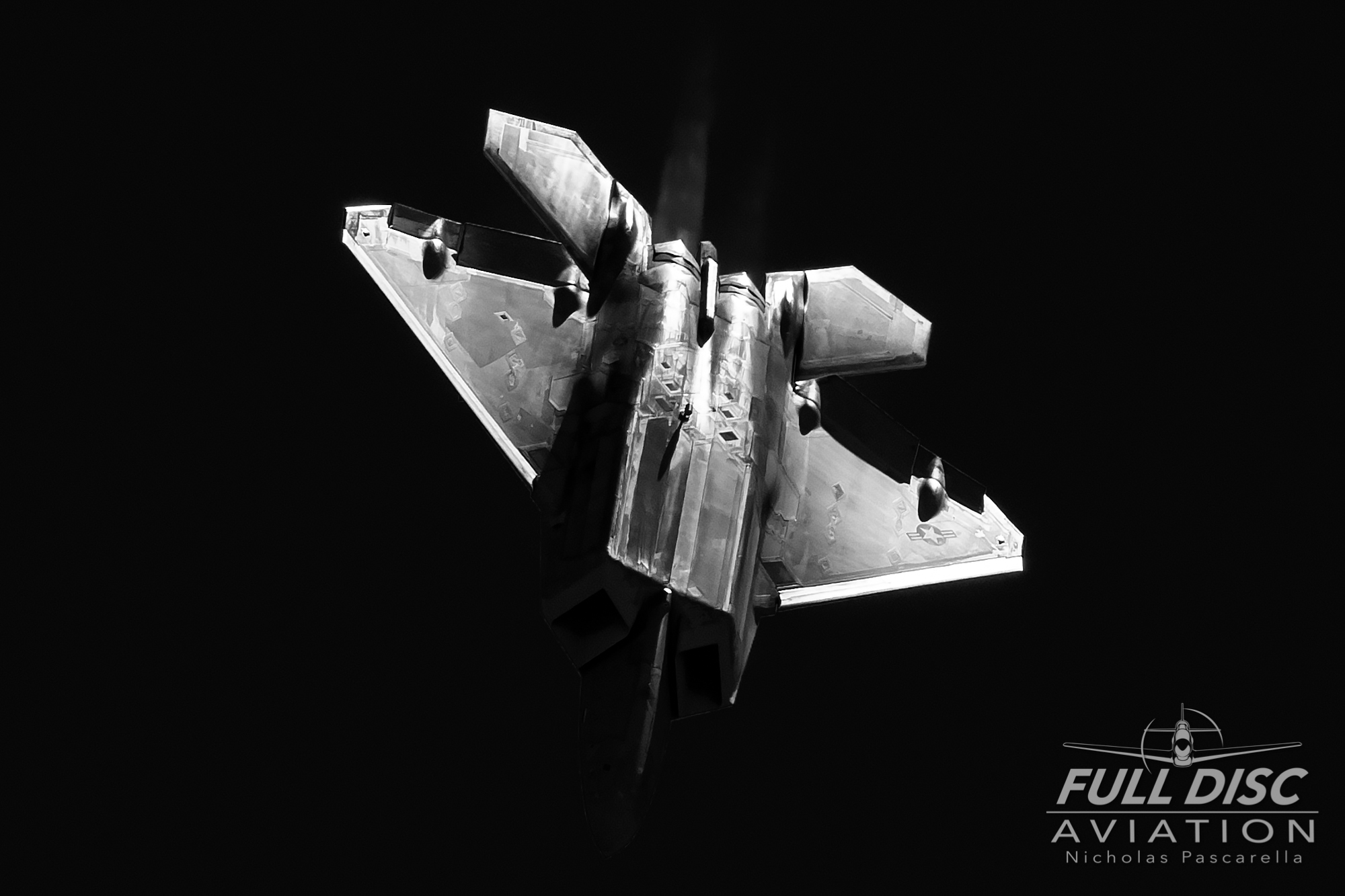 f22_highcontrast_blackandwhite_diving_fulldiscaviation_nickpascarella.jpg