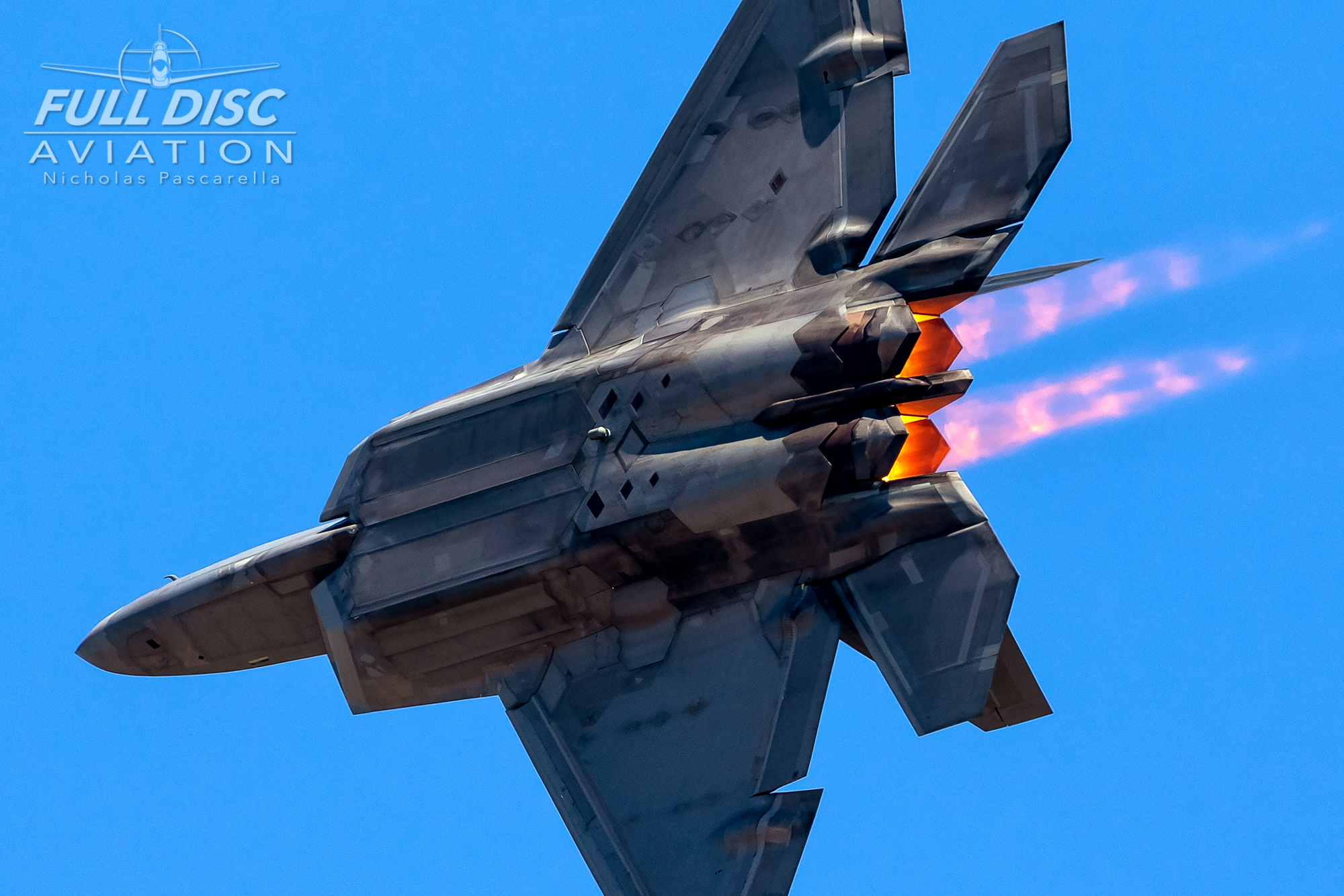 f22_raptordemoteam_burners_flame_turn_nickpascarella_fulldiscaviation.jpg