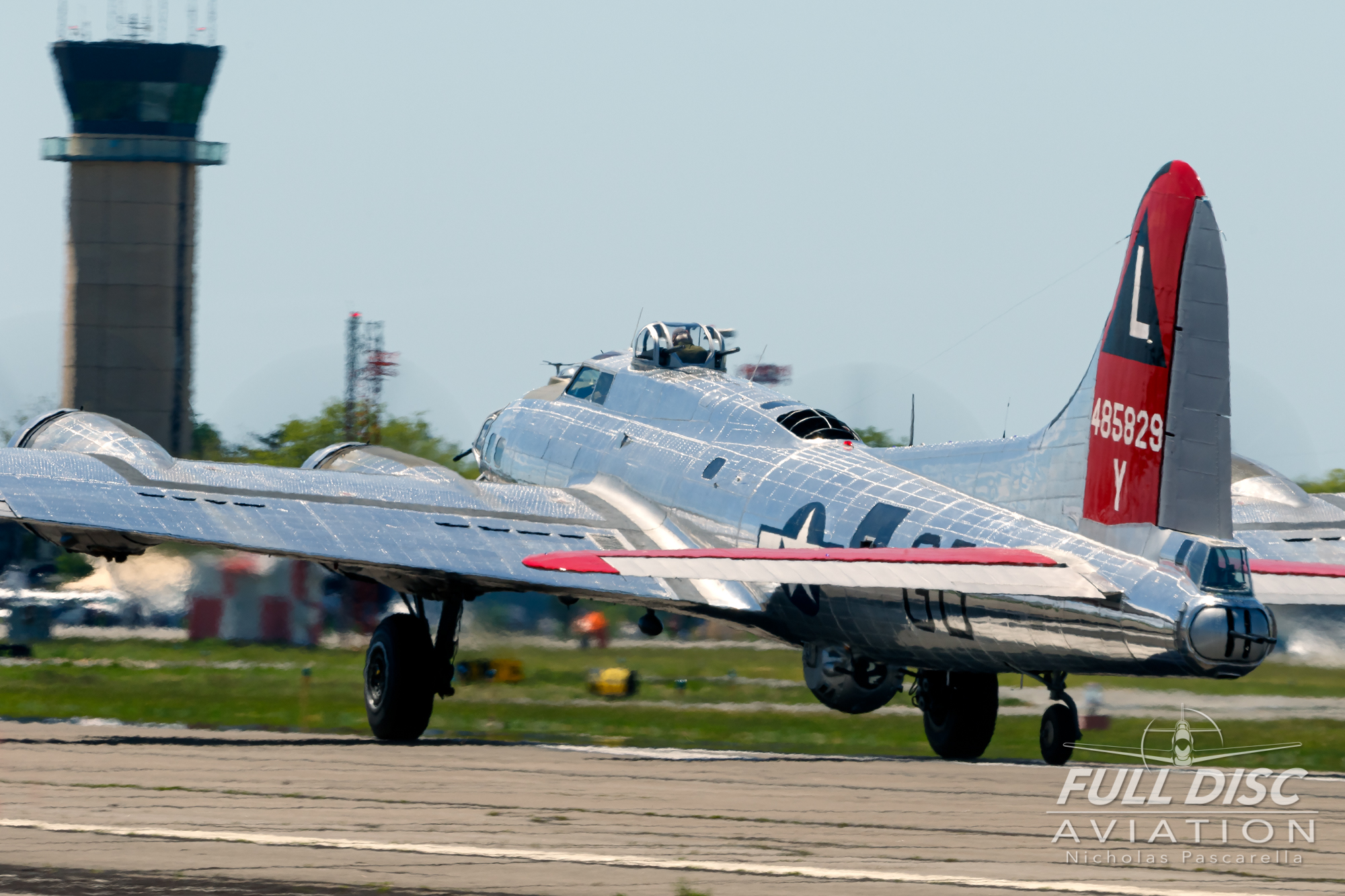 americanairpowermuseum_nicholaspascarella_nickpascarella_fulldiscaviation_legendsofairpower2019_aviation_warbird_b17_takeoff_jelly_tower.jpg