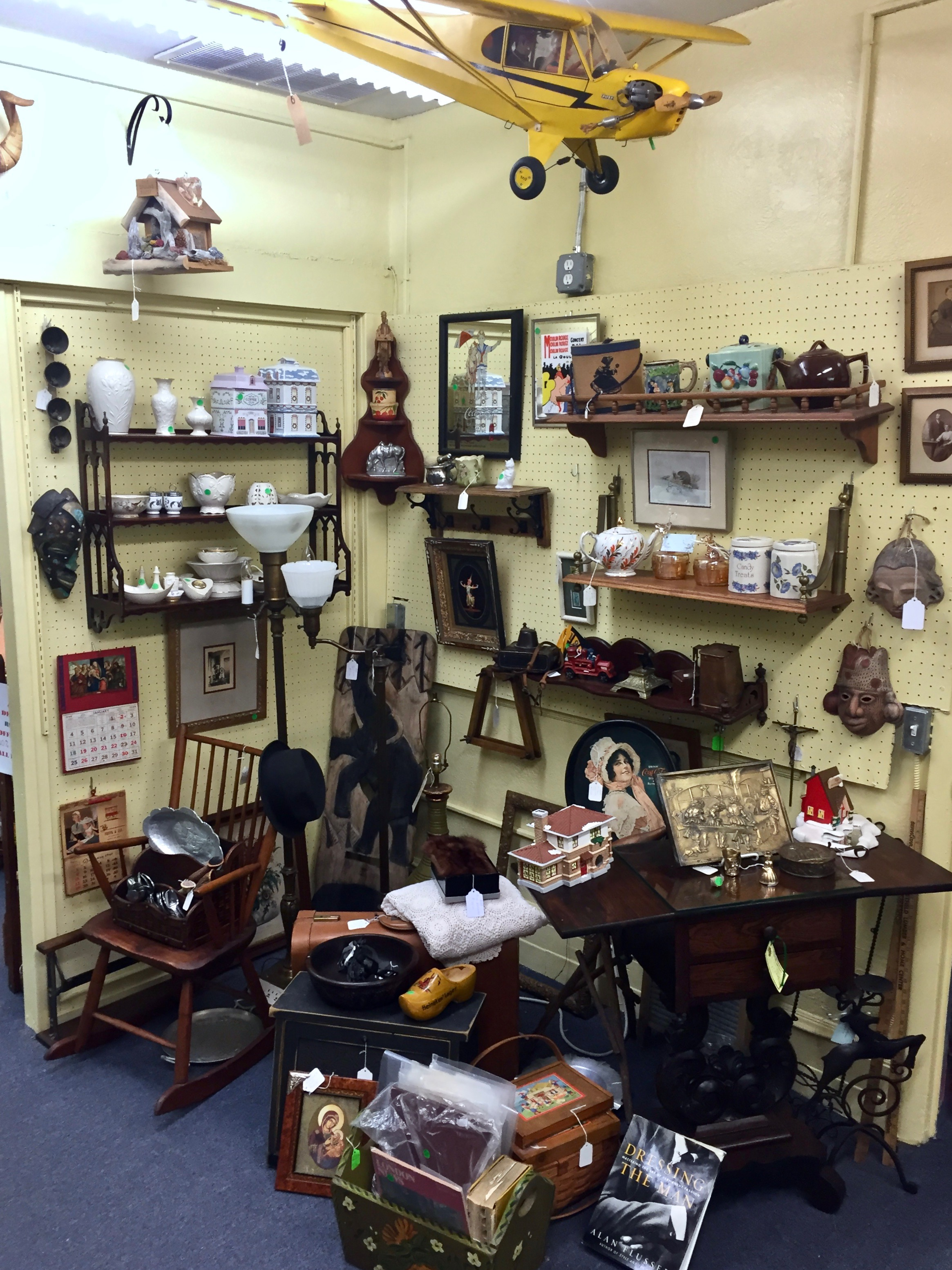 ANNETTE'S ANTIQUES   A long time collector and antiques dealer, Annette has a litt bit of everything to satisfy the visions of discrimating and eclectic buyers. Annette's Antiques features art, glassware, pottery, period funiture and modern day collectibles.