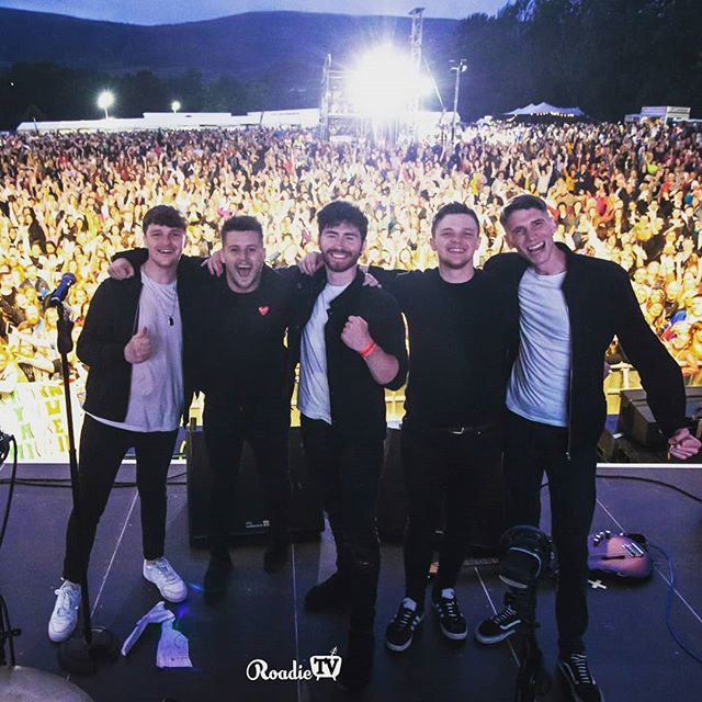 WOW!!! Ats us nai!! Belfast youse are amazing ✊ 📸@seanmcquaid123 . . . . . . . . . . #music #belfast #boyzone #gig #crowd #livemusic #funny #love