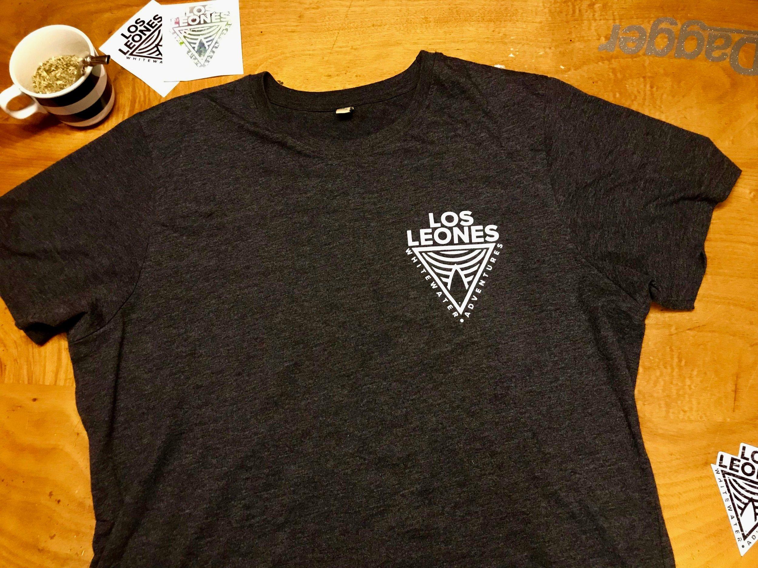 DAs Löwenshirt.. - Ein T-shirt aus alten Shirts und Plastikflaschen mit einem hammer Aufdruck..Momentan erhältlich in den Grössen:S / M / L / XLPreis: 30.-