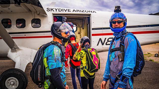 Load em up, load em up✌🔥✈️️ . . . #kuafam #family #skydiving #skydiver #skydivers #letsjump #newjerseys #brand #kuaclothing #kuasky #mondaymotivation #travel #travelmore #skydivearizona #AZ #skydiveAZ #blueskies #skydivingtrip #boogieseason #dropzonelife #dzlife #arizona #Humanflight #canopyflight