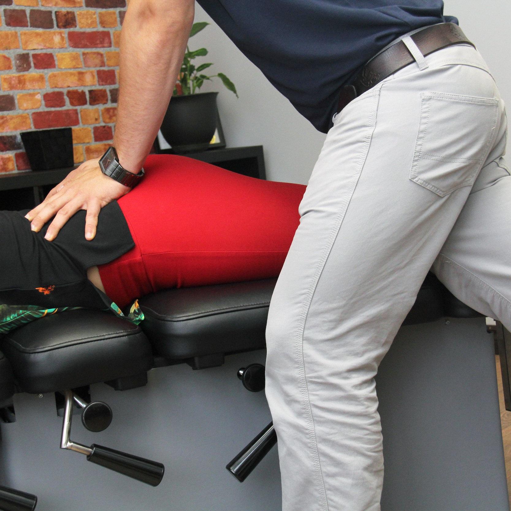 Manipulations articulaires   Vos chiropraticiens sont formés pour effectuer efficacement et de façon sécuritaire des manipulations articulaires, avec ou sans cavitation. Plusieurs techniques sont disponibles, nous trouverons la bonne pour vous.