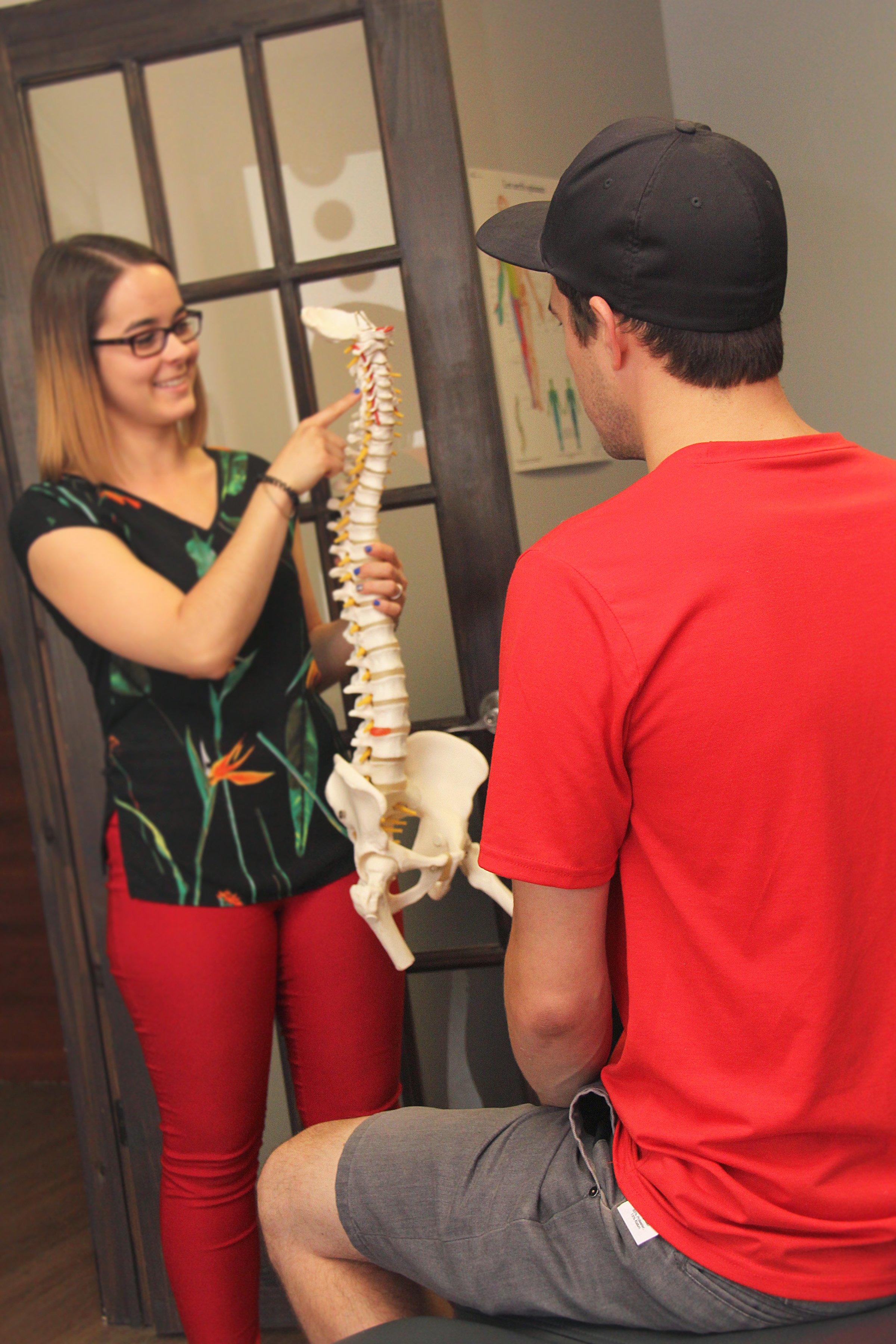- Premier rendez-vousÀ votre premier rendez-vous, votre chiropraticien fera une anamnèse (question sur la problématique, revue des systèmes) et fera un examen physique complet et détaillé afin de cibler la source de votre débalancement neuro-musculo-squelettique. Par la suite, le chiropraticien sera en mesure de vous expliquer en détails votre diagnostic et ce qu'il vous propose pour régler le problème. Avec votre consentement, le premier rendez-vous comprend en général un premier traitement. Attendez-vous à passer environ 1h30 à la clinique.Visites subséquentesLe nombre de visites nécessaires est très variable d'une personne à l'autre et d'une condition à l'autre. Votre chiropraticien vous fera part de ses attentes lors de la première visite. À chacune des visites, votre chiropraticien réévalue votre situation afin d'avoir une meilleure idée de la progression de votre système nerveux. Les soins offerts à chacune des visites peuvent différer étant donné l'évolution de votre condition.