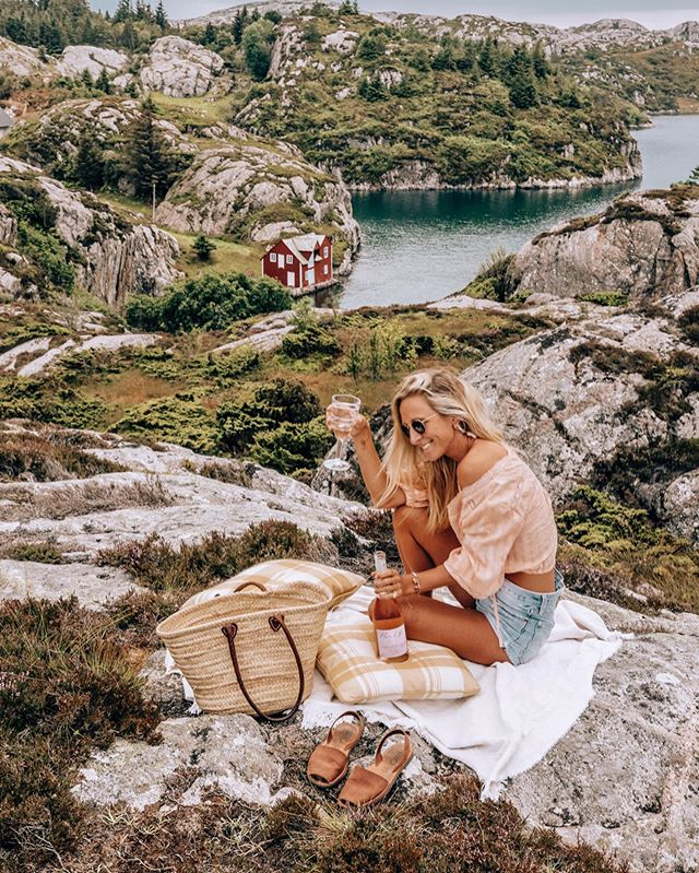 We made it to Norway! Totally blown away by the insanely beautiful landscape. Having now partnered with @fleurdemerrose, we're sure to not run out of yummy summer wine 😛 What is your favourite summer drink? |AD #fleurdemer