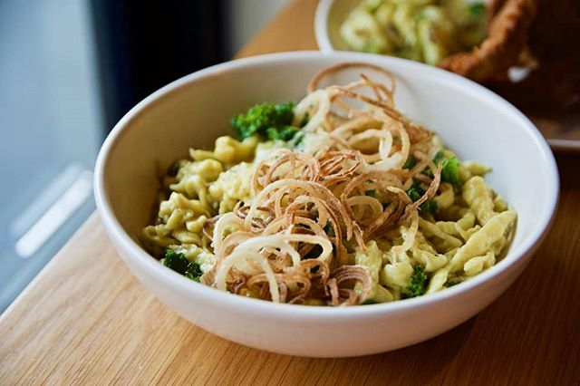 A true German dining experience would be incomplete without a hearty bowl of Käsespätzle. Did you know that this was a well-guarded recipe from Chef Ashley Davis' mother in law? Aren't we all glad she was prepared to share this secret?! 😍 Photo: @gastrology.co