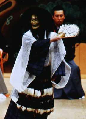 (平成十五年七月 記)  写真 「烏頭」 シテ 粟谷明生 平成15年7月 外ケ浜薪能  撮影 石田 裕